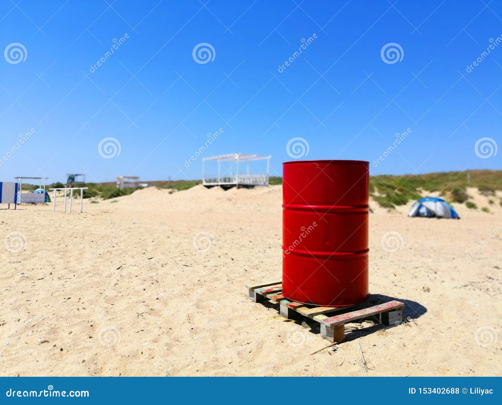 Tambor vermelho na areia