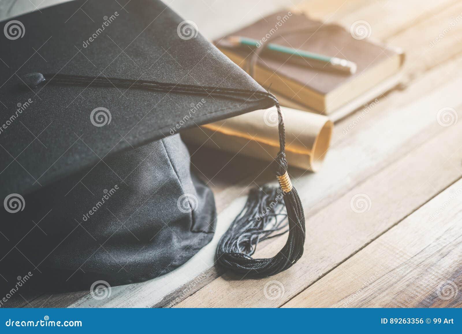 Tampão da graduação, chapéu com papel do grau na graduação de madeira c da tabela