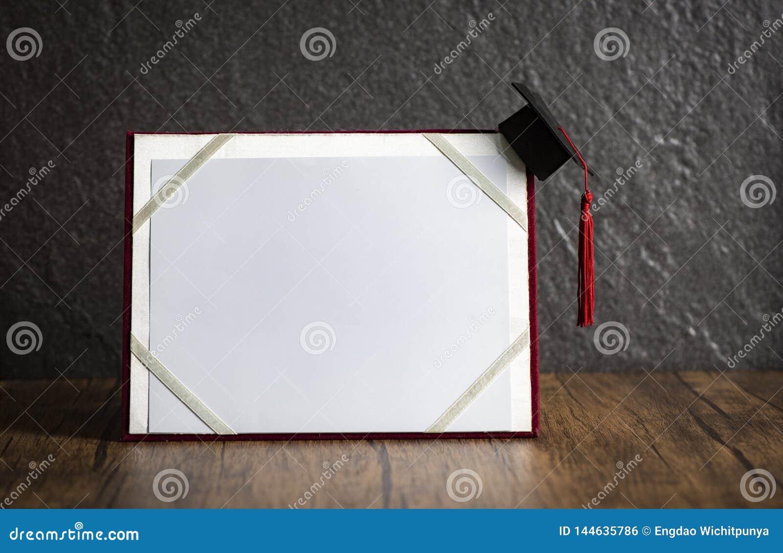 Tampão da graduação no conceito da educação do certificado da graduação em de madeira com fundo escuro
