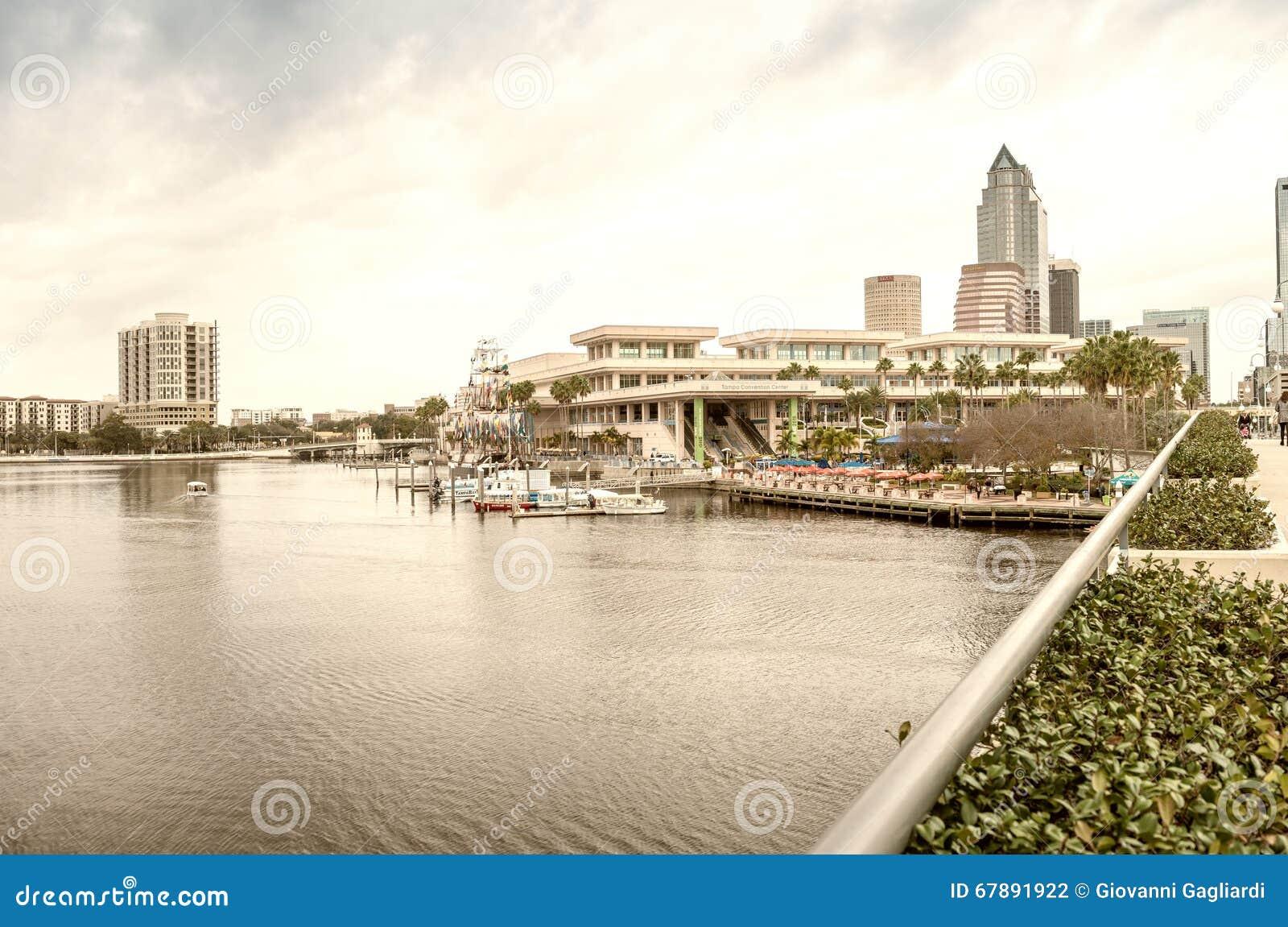 TAMPA FL - JANUARI 15, 2016: Stadsbyggnader och horisont tampa