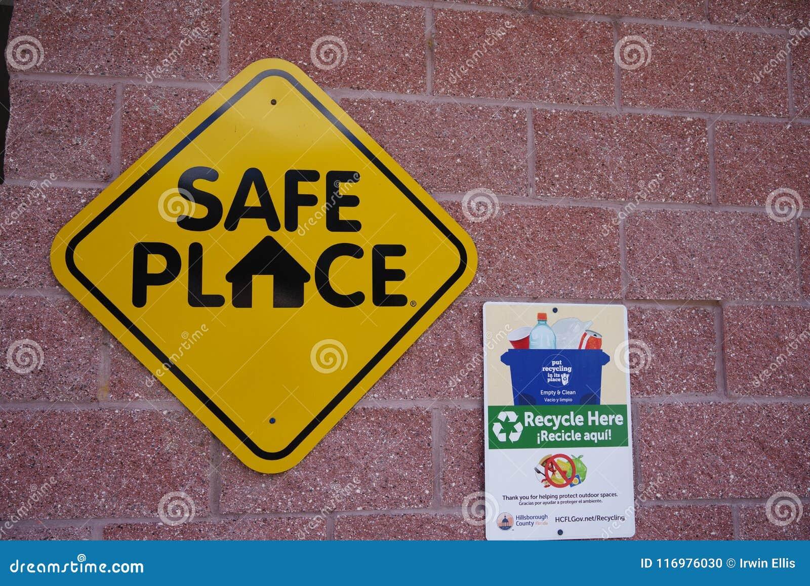 Tampa, Florida/USA - 5. Mai 2018: Bereiten Sie hier und allgemeiner Signage Grafschaft des sicheren Orts auf