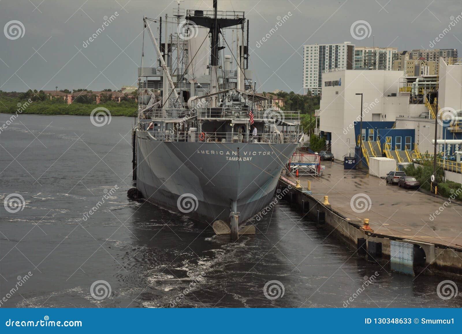 Tamper, Florida - de V.S. - September 2018: Het Gedenkteken van Amerikaanse Victory Mariners en Museumschip