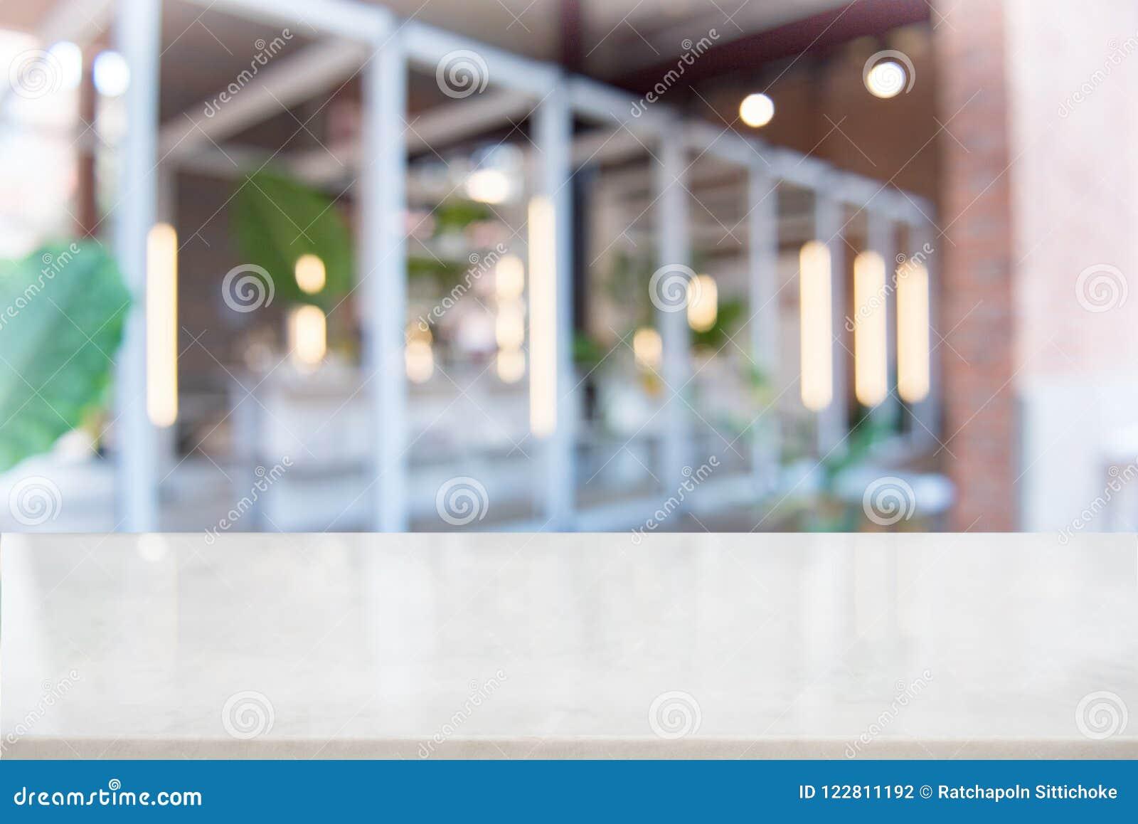 Tampo da mesa de mármore branco na cafetaria do borrão