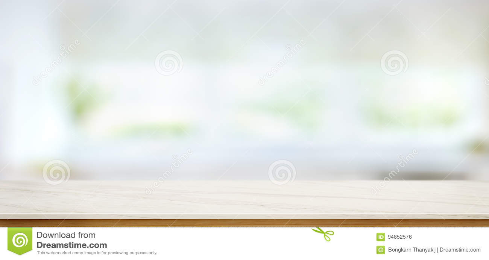 Tampo da mesa de mármore branco no fundo da janela da cozinha do borrão