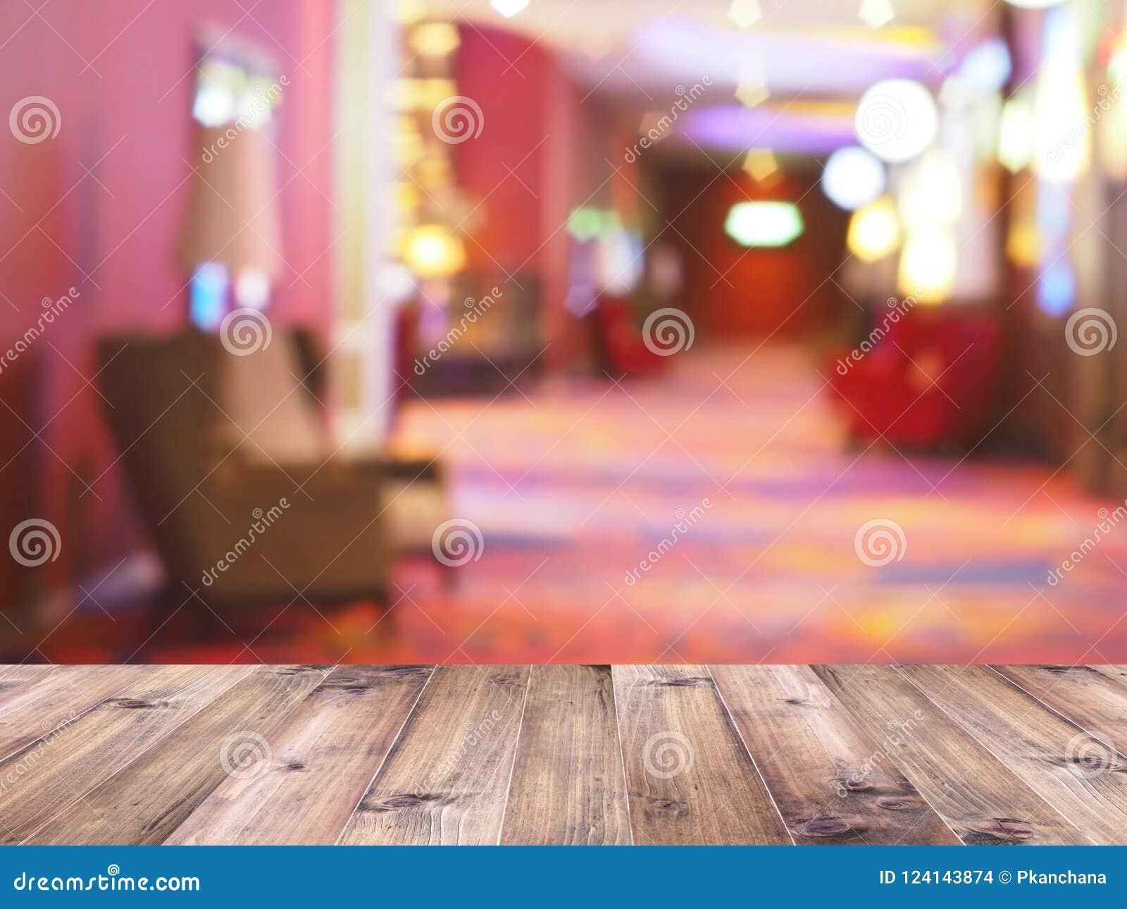 Tampo da mesa de madeira sobre o fundo do borrão do interior da sala de espera