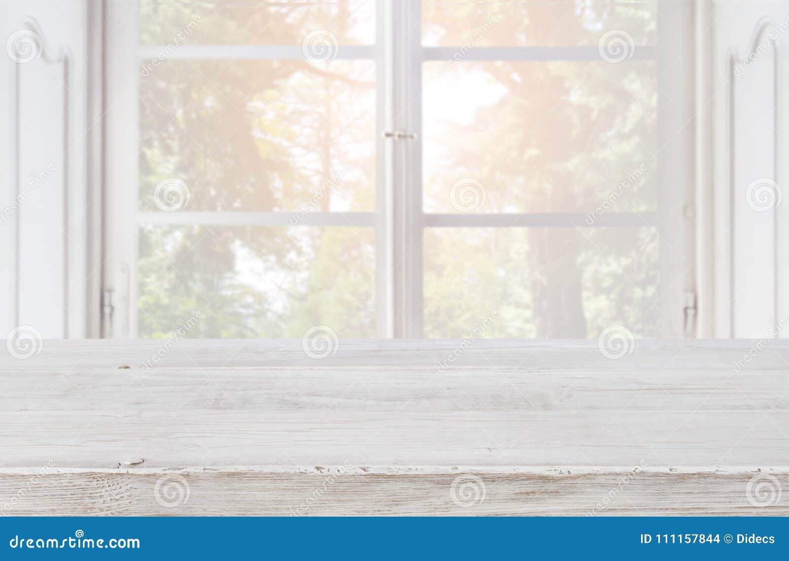 Tampo da mesa de madeira vazio no fundo borrado da janela do vintage