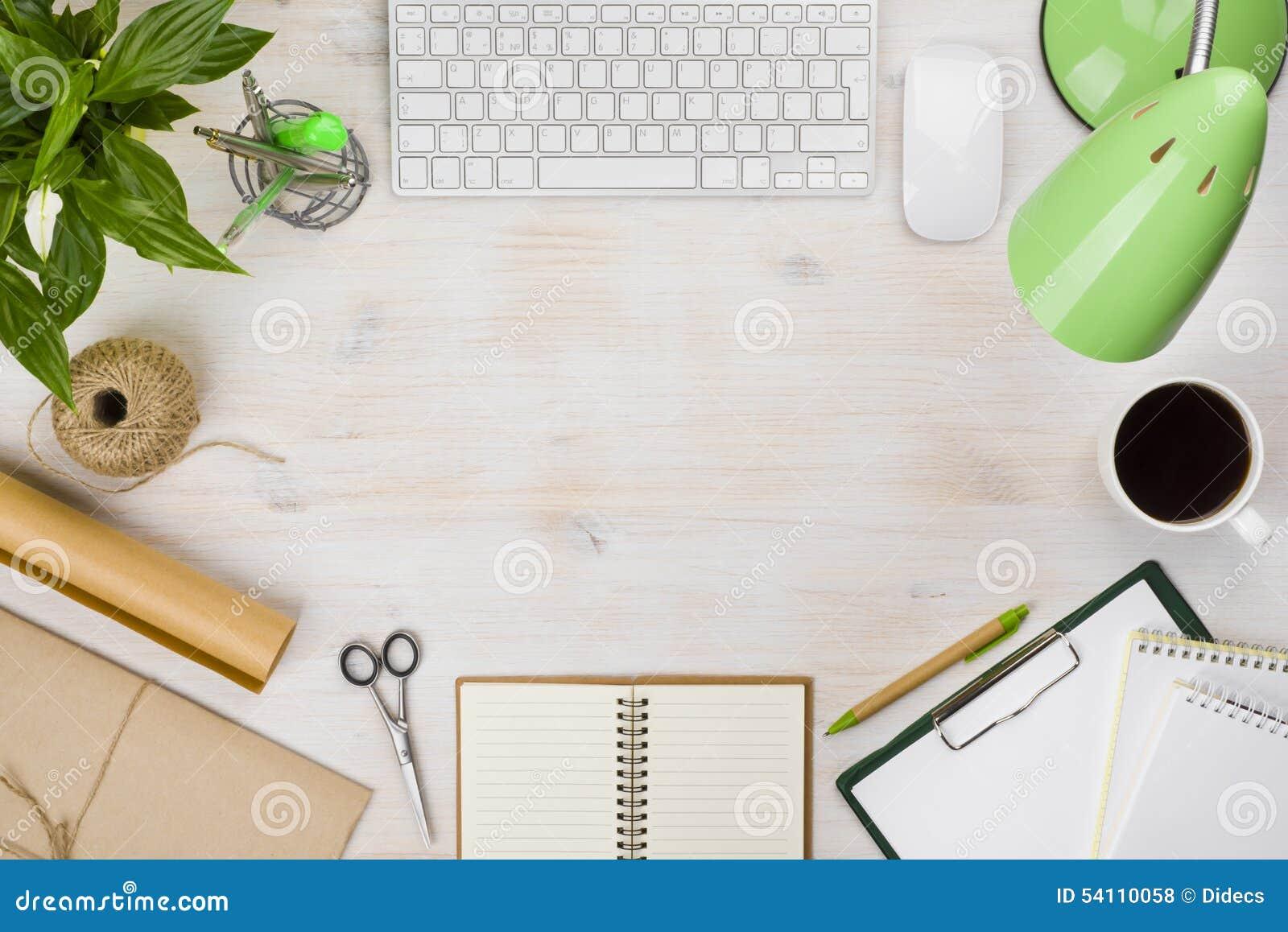 Tampo da mesa do escritório com os vários acessórios de computador e fontes dos artigos de papelaria