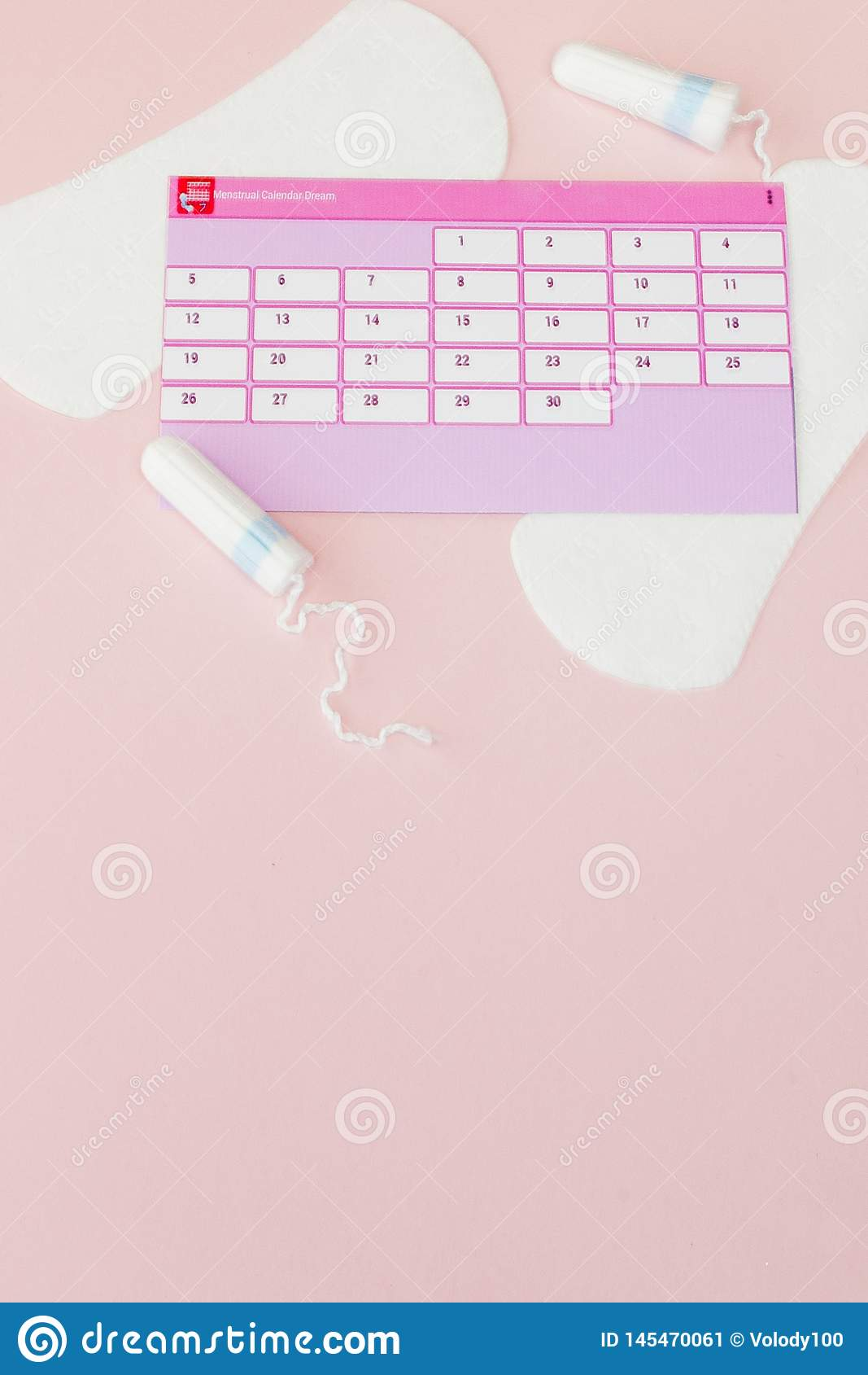 Tampon, vrouwelijke, sanitaire stootkussens voor kritieke dagen, vrouwelijke kalender, pijnpillen tijdens menstruatie op een roze