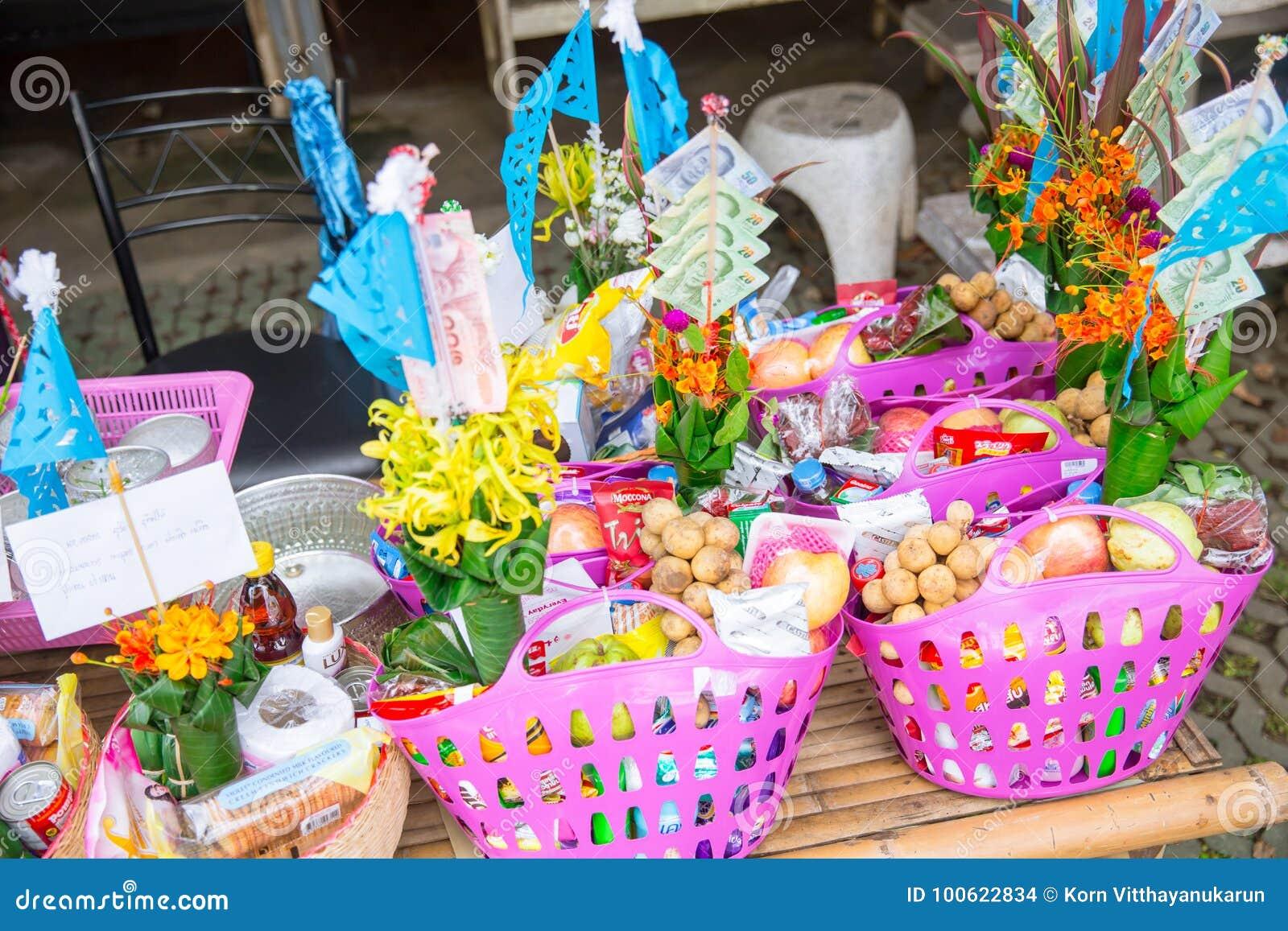Tan Kuay Salak-Festival- Noordelijk Thais ritueel dat de mensen levensmiddel en kostbaarheden aan de tempel en de monniken zullen