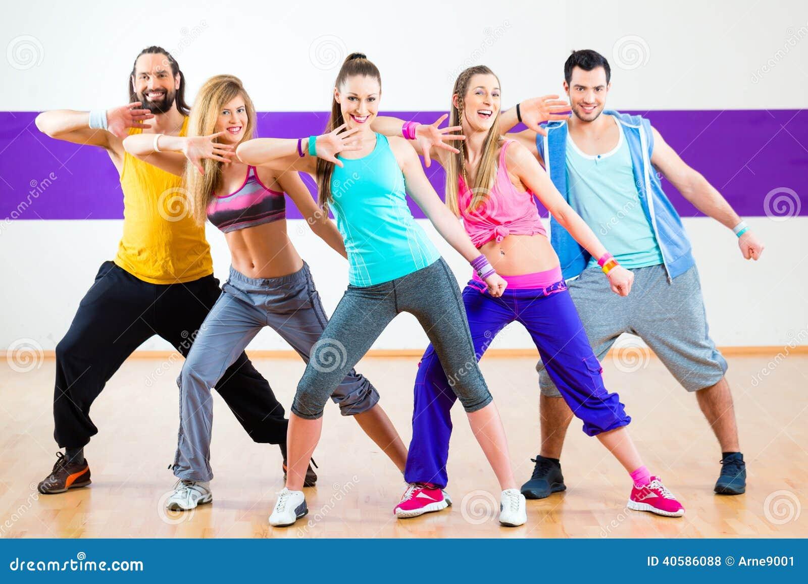 Tancerz przy Zumba sprawności fizycznej szkoleniem w tana studiu