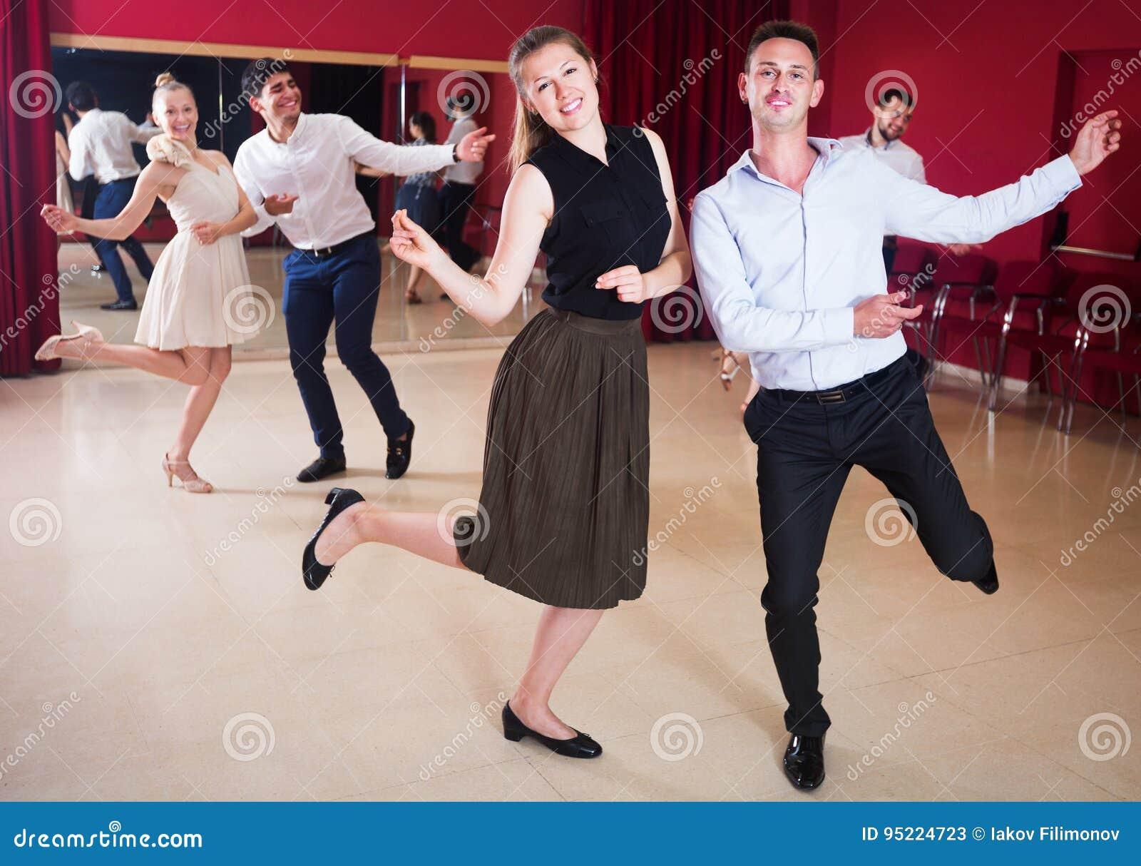 Tanczyć pary cieszy się aktywnego tana