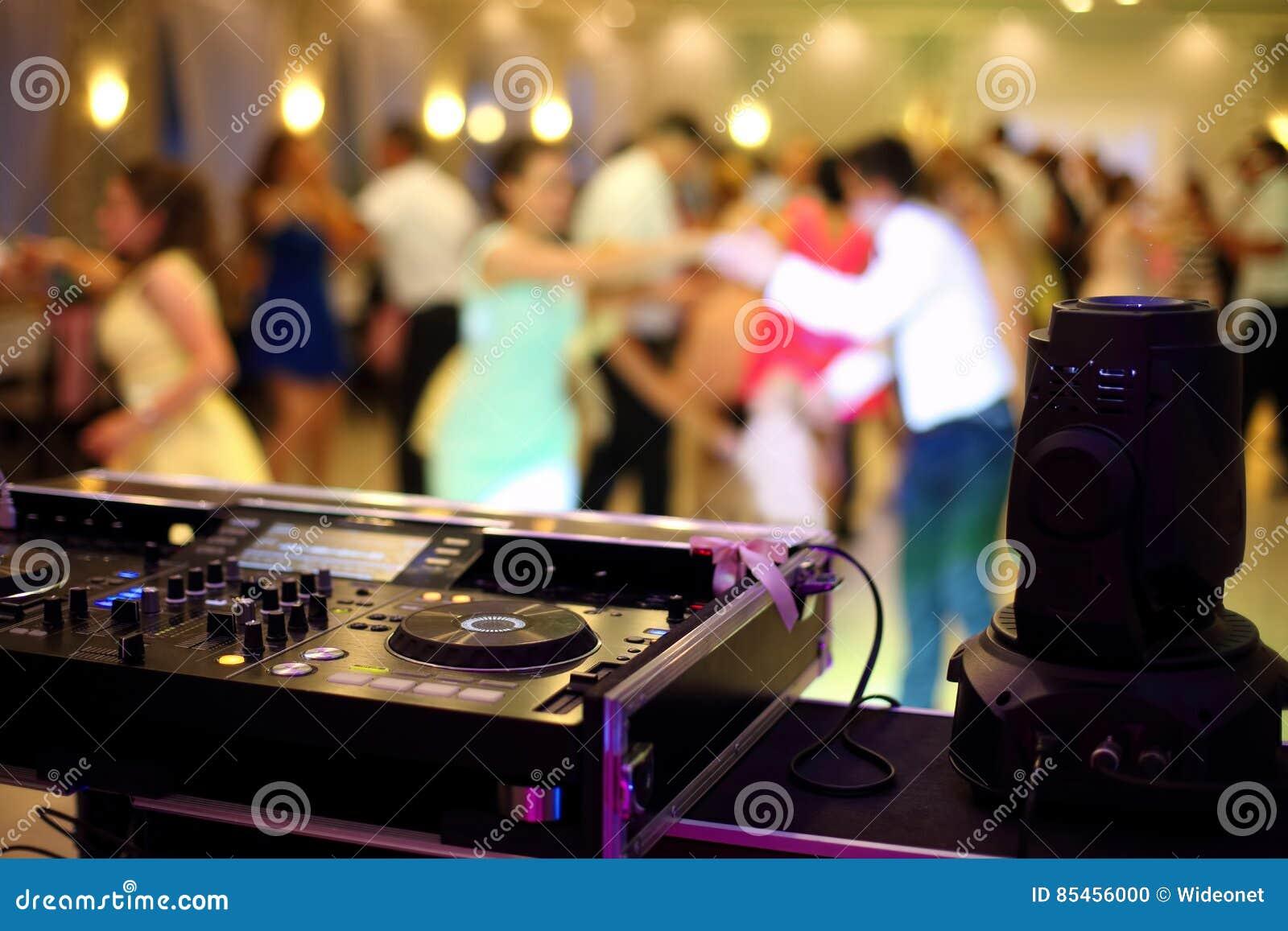 Tanczyć pary podczas przyjęcia lub ślubu świętowania