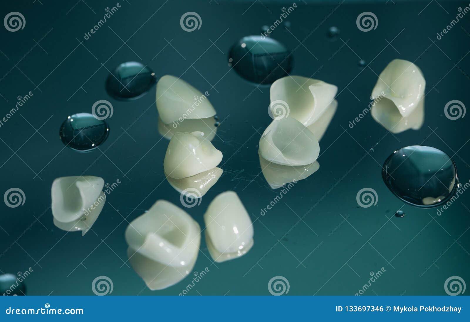 Tand- fanér med porslin Slut som skjutas upp
