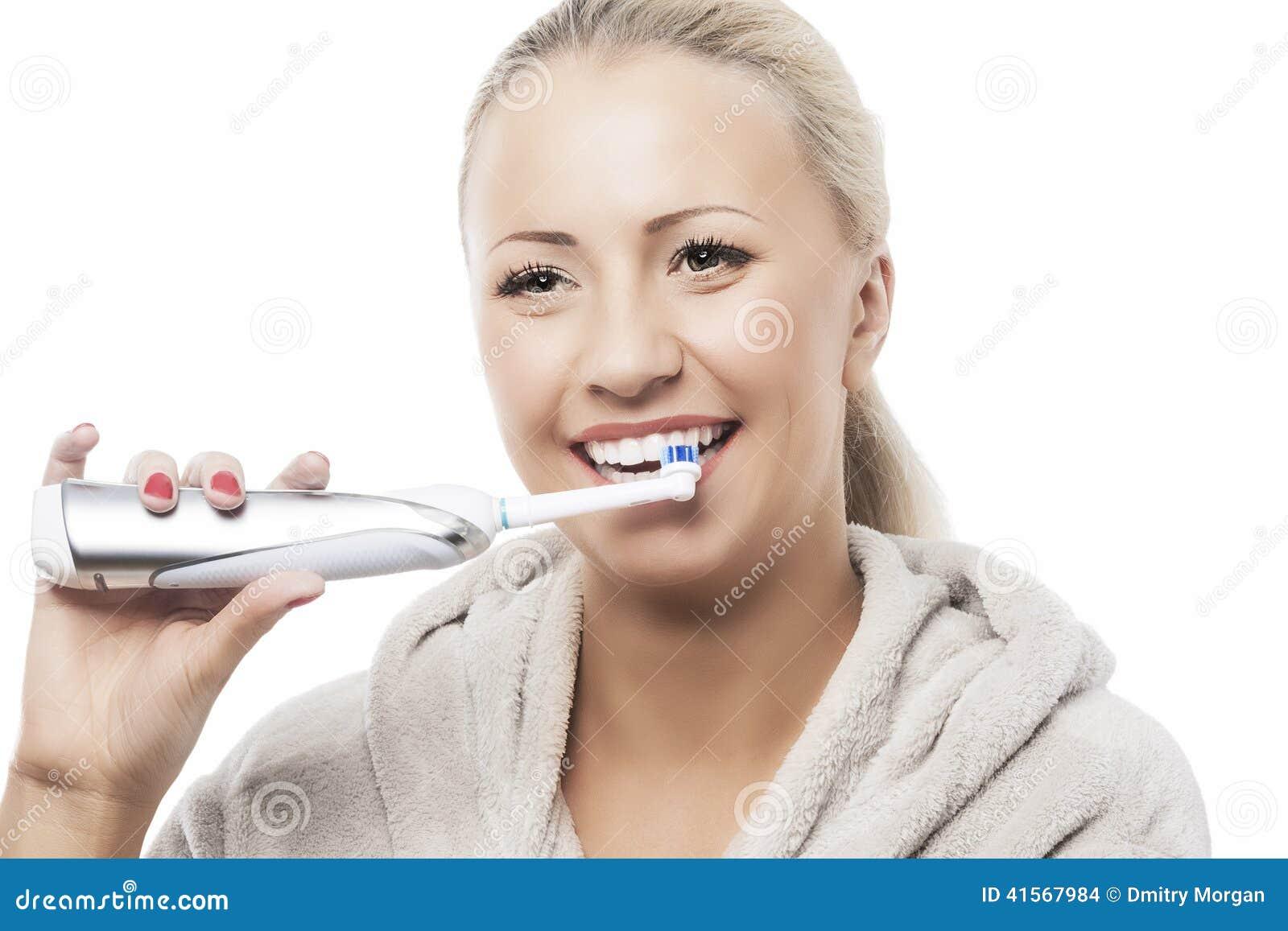 Tand- hygienbegrepp: Caucasian kvinna som borstar hennes tänder med M