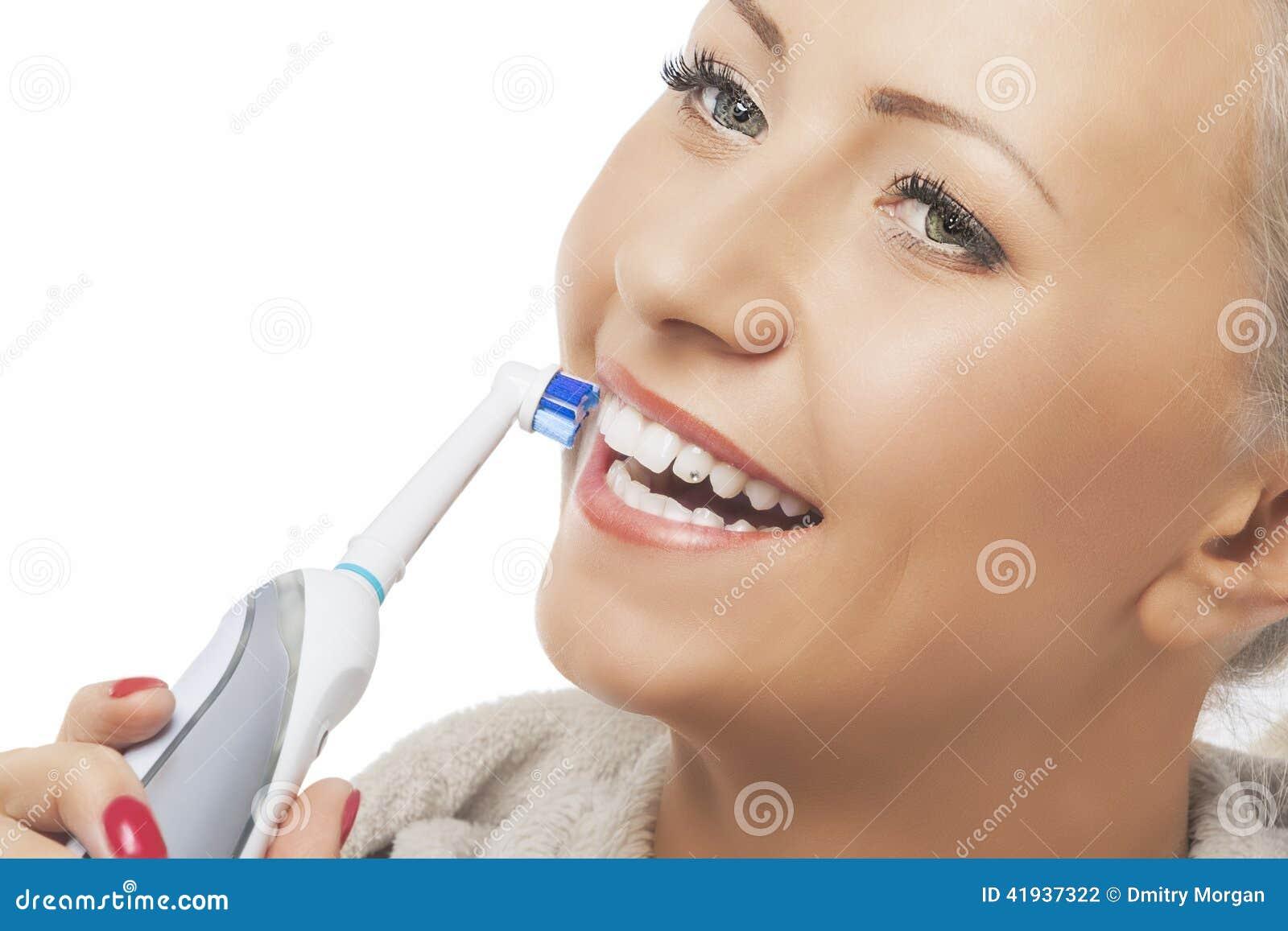 Tand- hygienbegrepp: Caucasian kvinnaframsidaCloseup som borstar henne