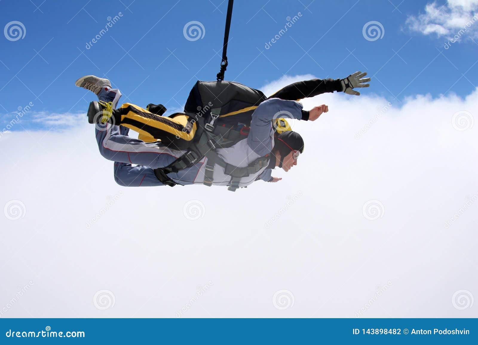 Tandemowy skok Skydiving w niebieskim niebie
