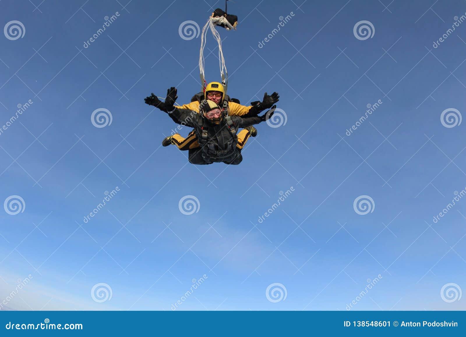 Tandemowy skydiving Skydivers latają nad białe chmury