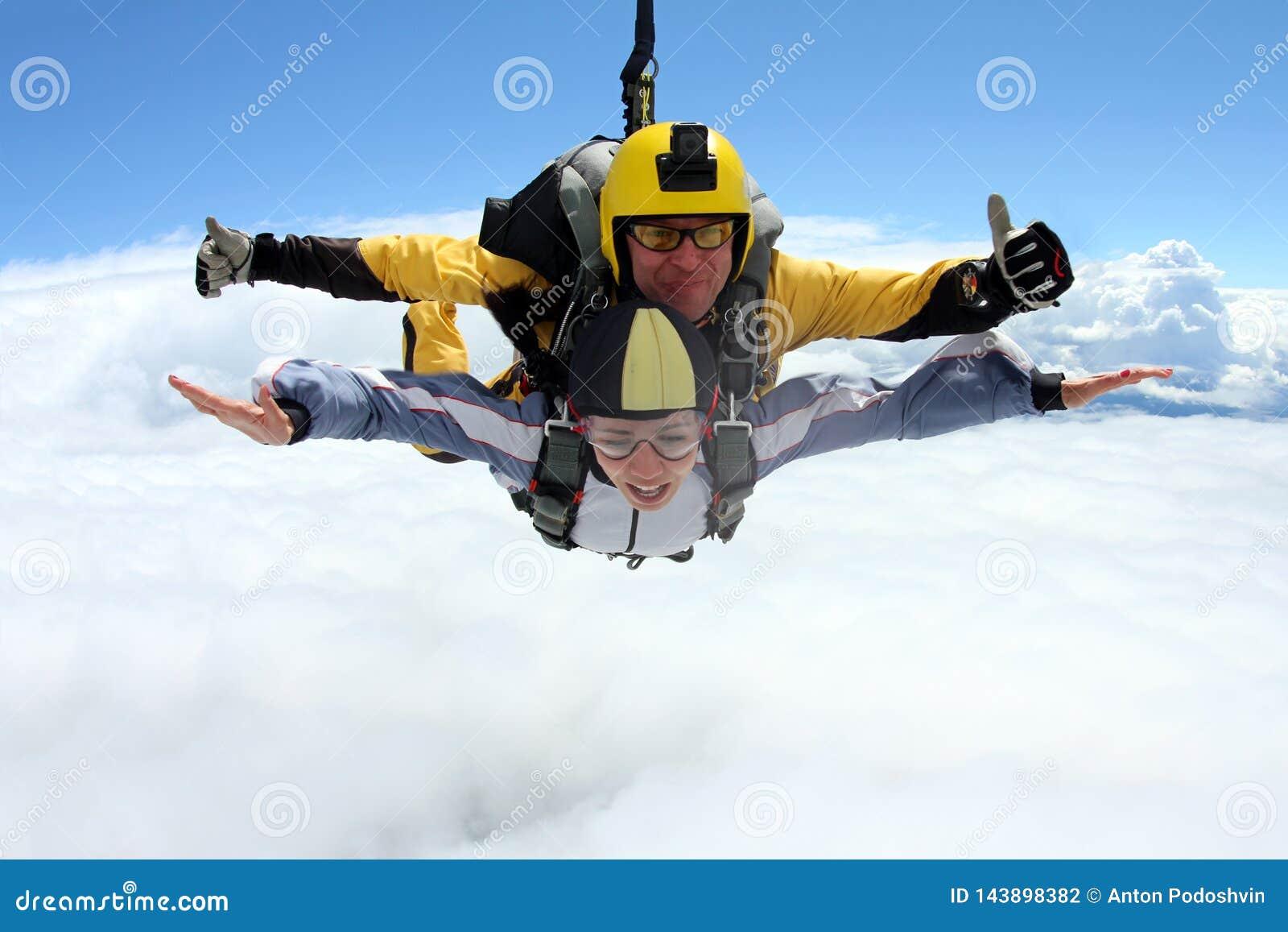 Tandemt hopp Hoppa med fritt fall i den blåa himlen