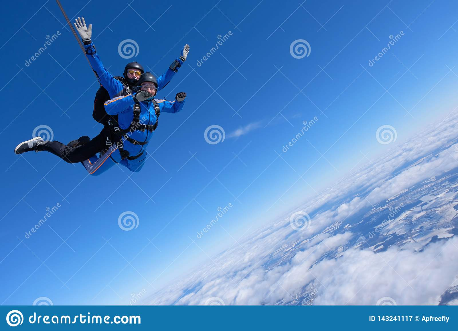 Tandemt hoppa med fritt fall Två grabbar är i den blåa himlen