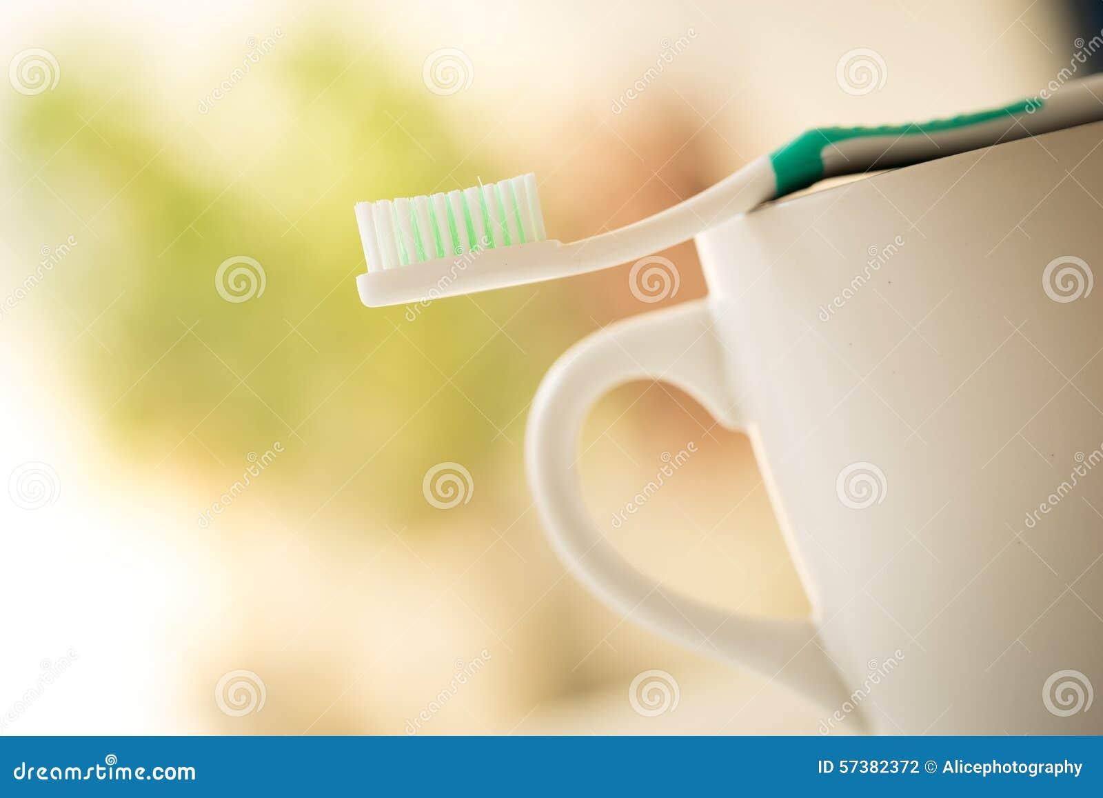 Tandenborstel voor tandzorg wordt geplaatst die