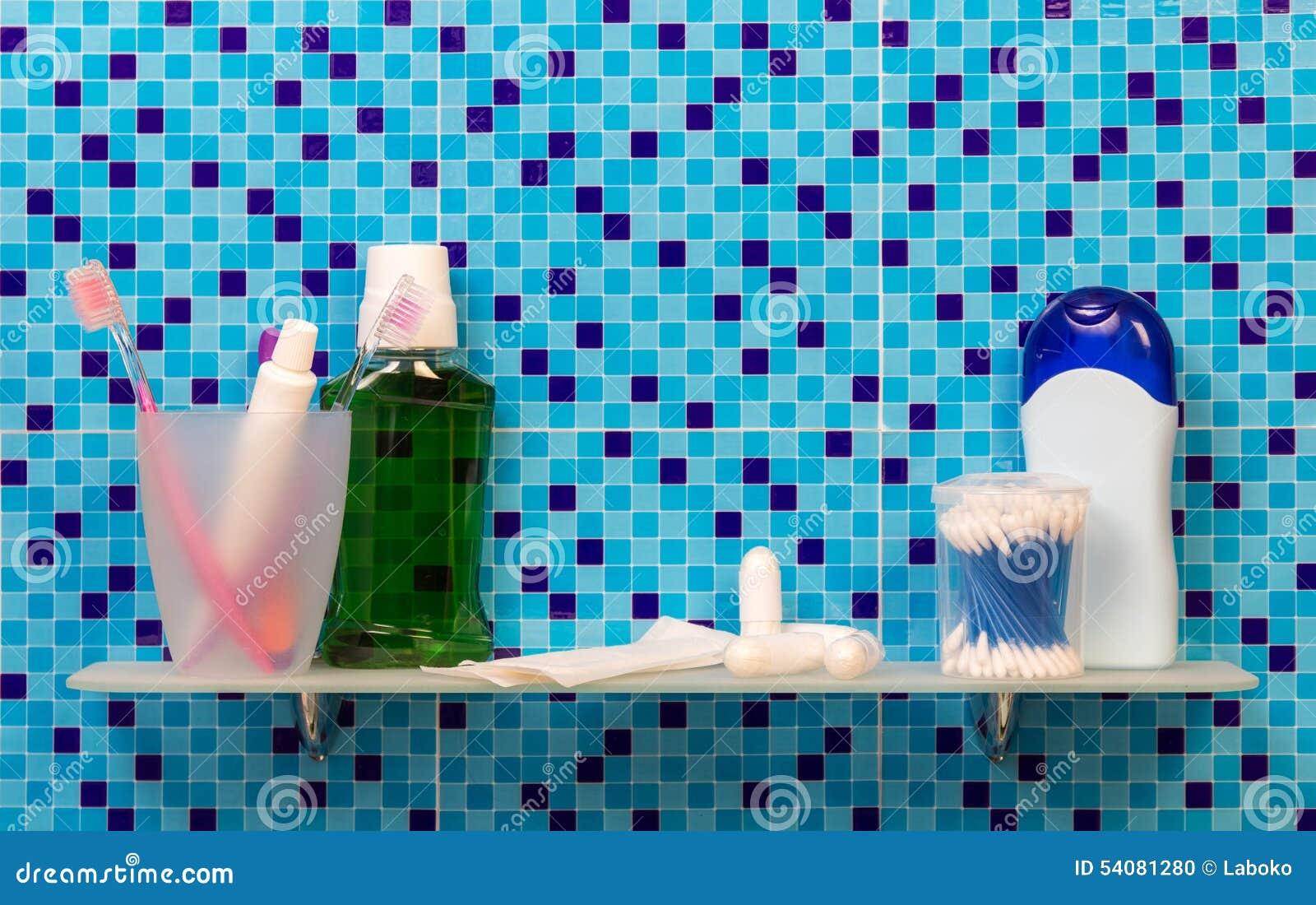 Tandenborstels op badkamersplank