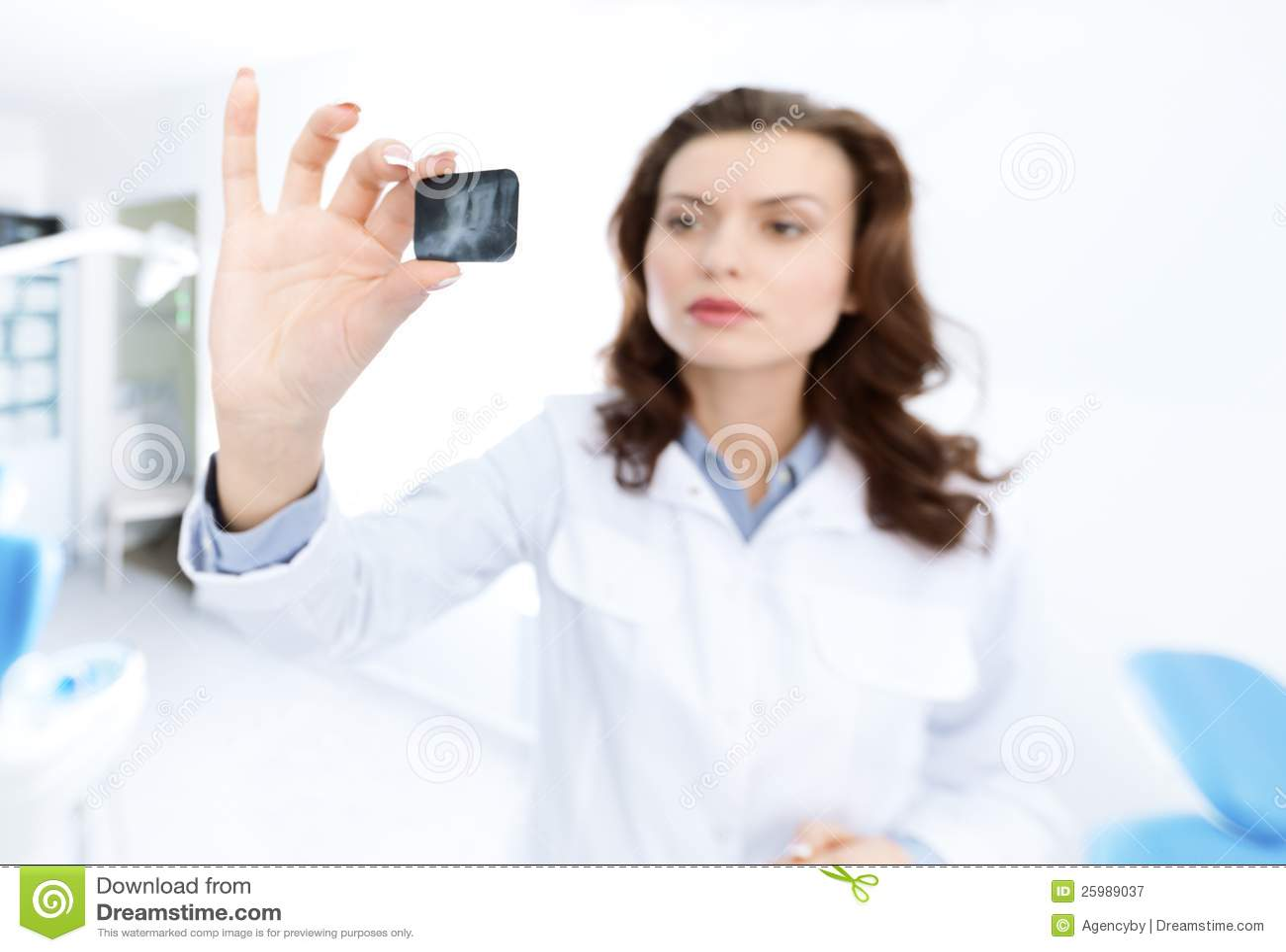 Tandläkare assistent undersöker bilden för x-strålen