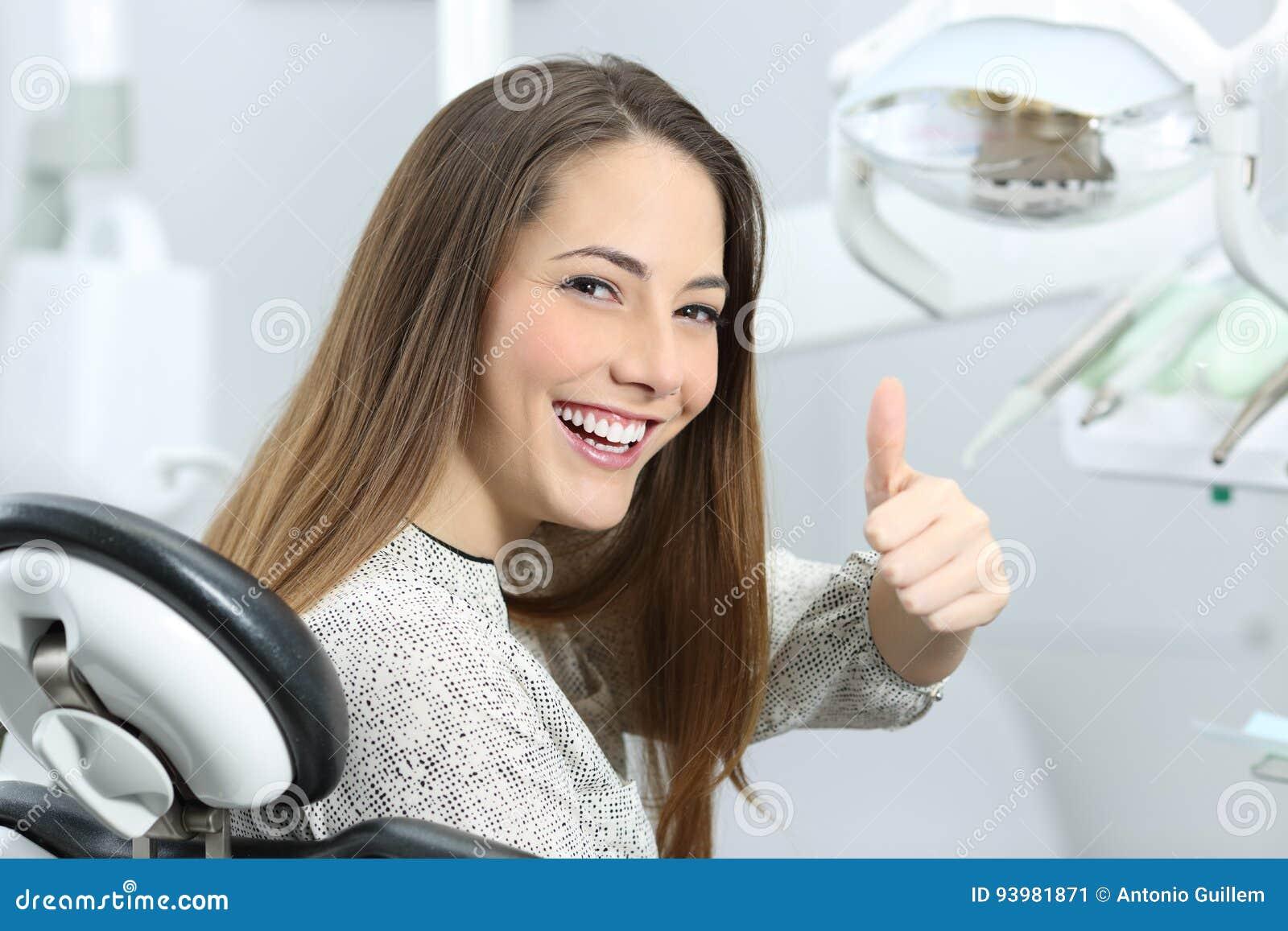 Tandläkarepatient som tillfredsställs efter behandling