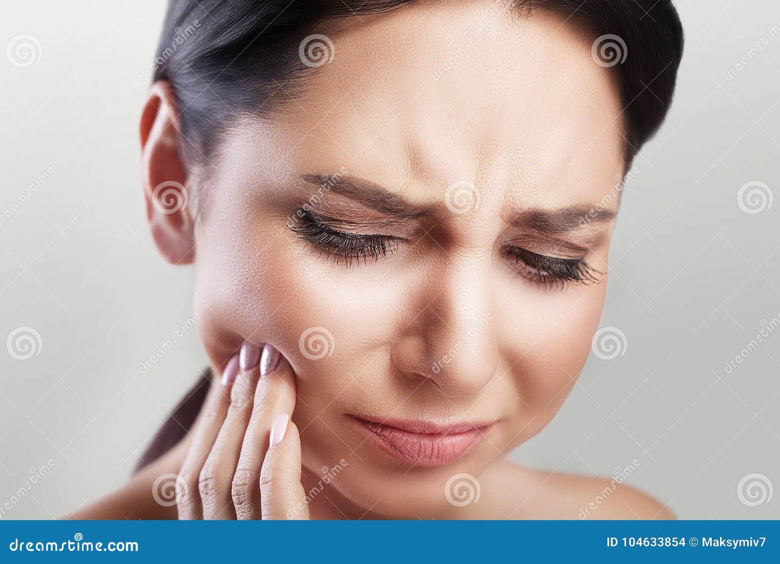 Download Tandpijn In Een Jonge Mooie Vrouw Bederf Een Vrouw Houdt Haar Indient Het Tandengebied Een Pijnlijke Sensatie Het Concept Gezondh Stock Foto - Afbeelding bestaande uit aantrekkelijk, negativiteit: 104633854