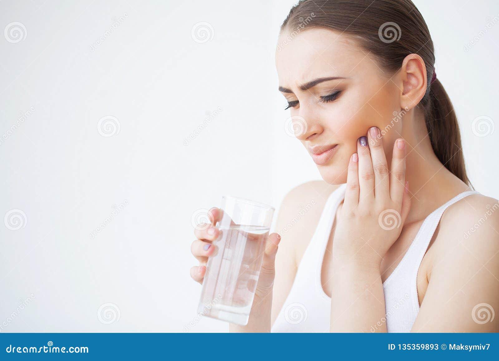 Tandpijn Mooie Vrouw die Sterke Pijn voelen