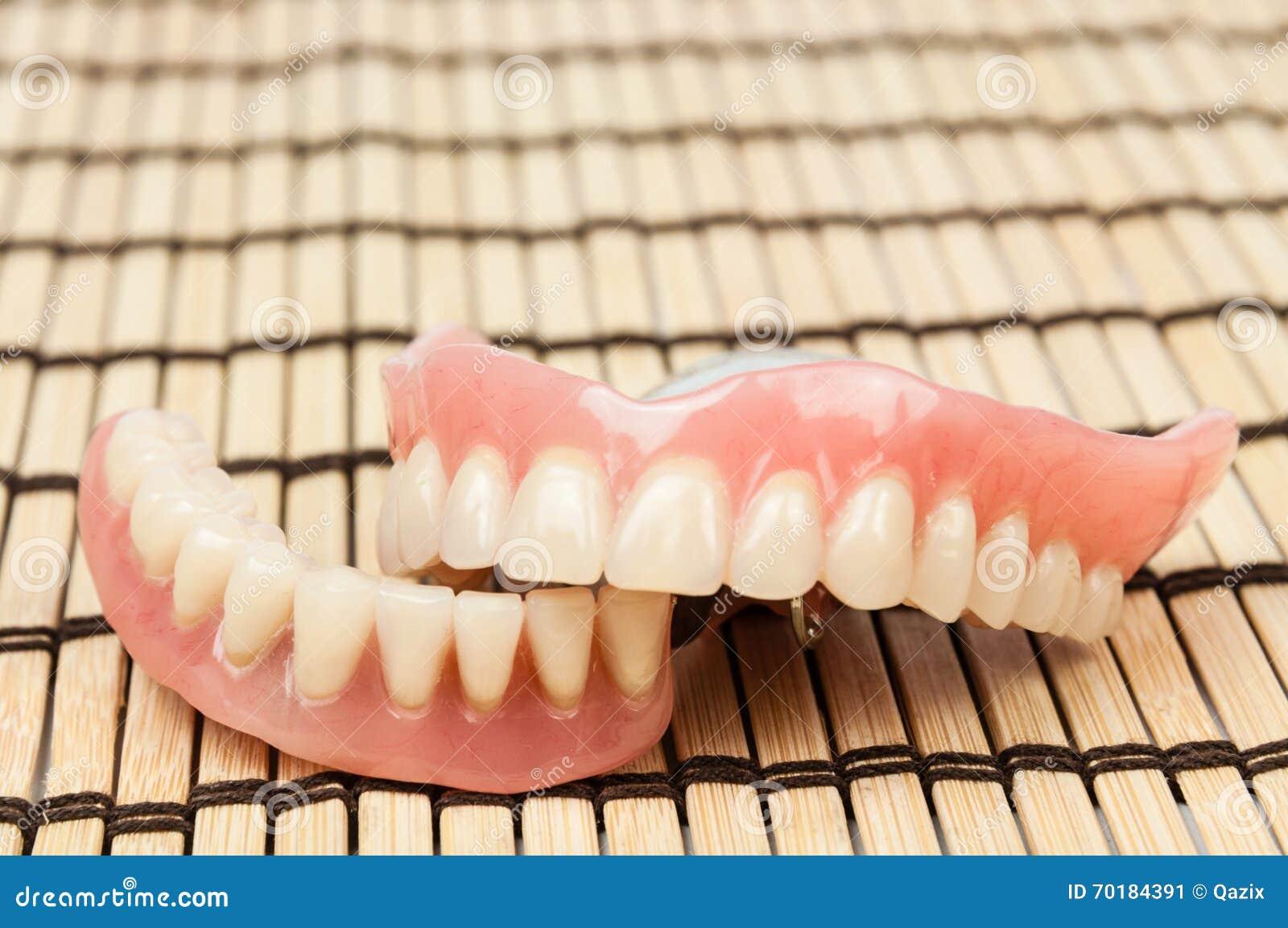Tandprotes på trämattt