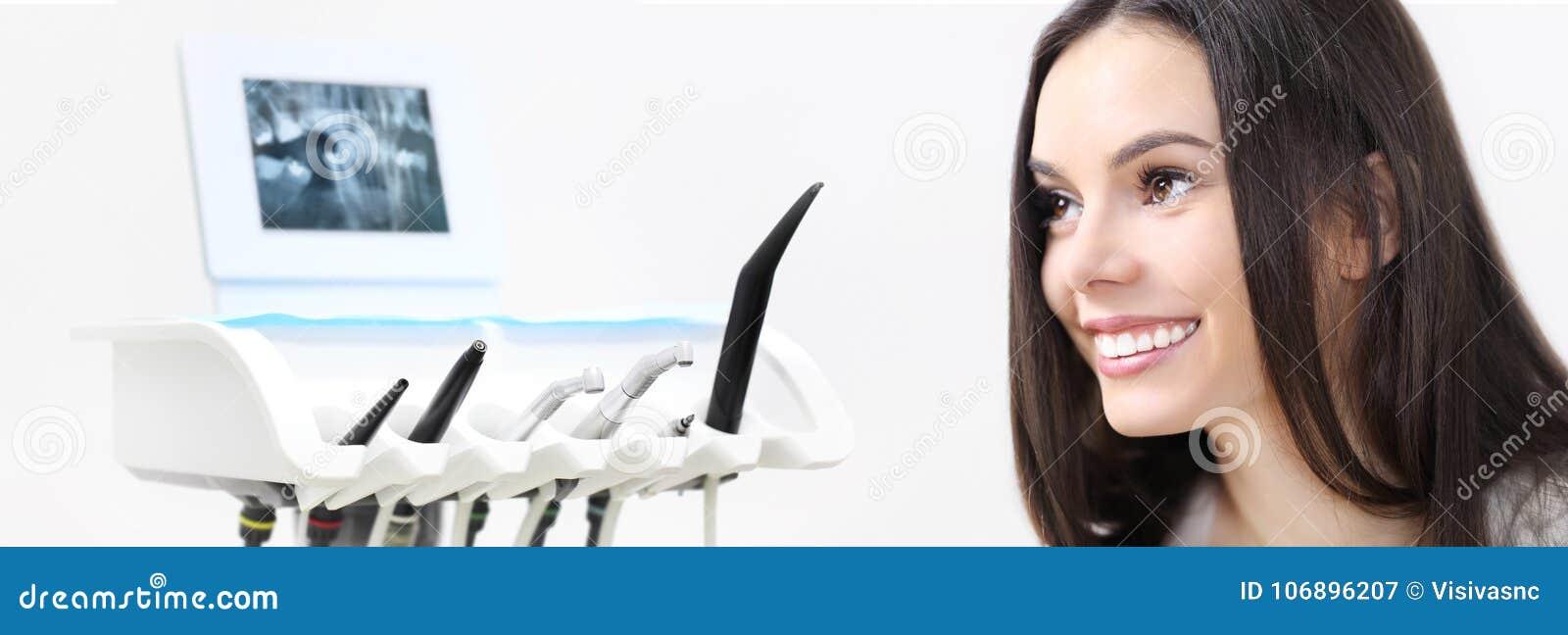 Tandzorgconcept, mooie glimlachende vrouw op tandartskliniek B