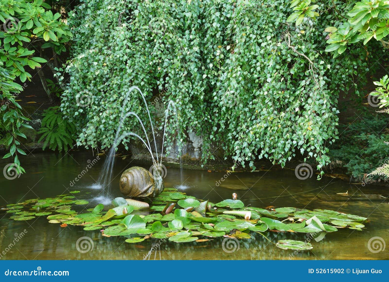 tang de jardin avec une fontaine d 39 escargot photo stock. Black Bedroom Furniture Sets. Home Design Ideas