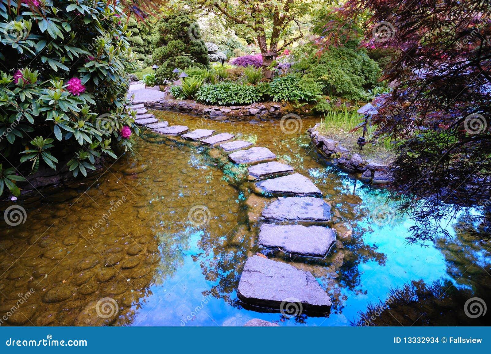 Étang Japonais De Jardin Images stock - Image: 13332934