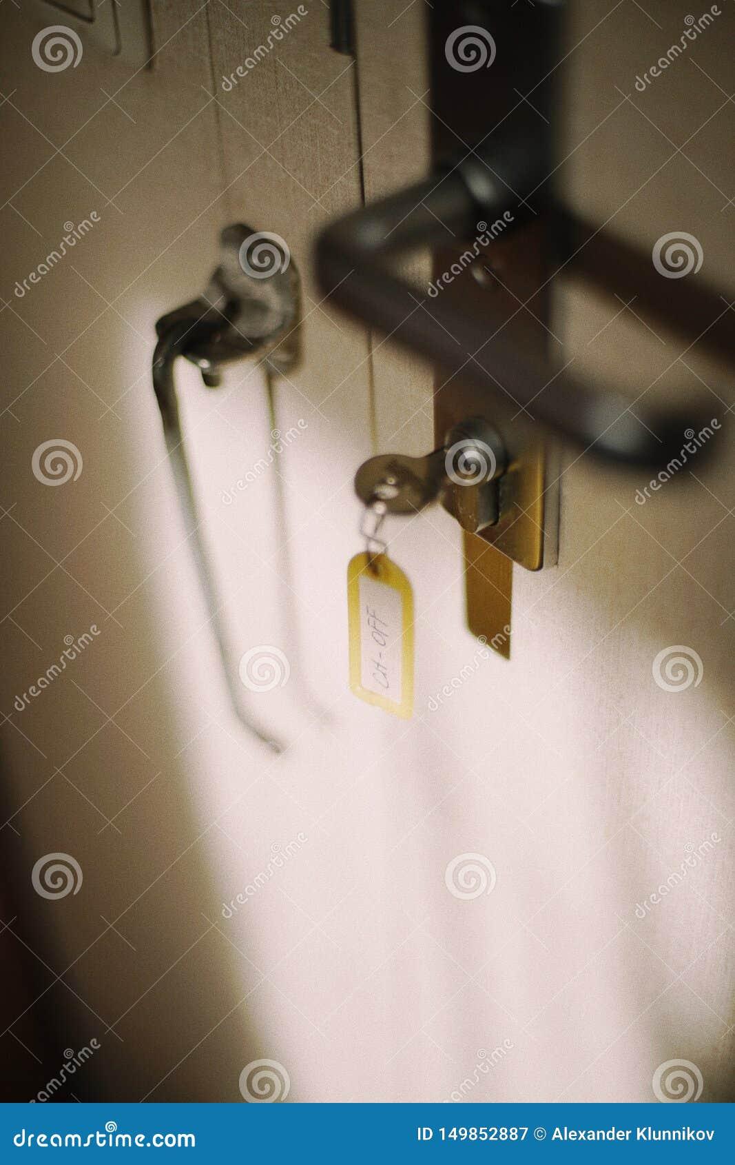 Tangent i lås av ingången i kabin på lastfartyget Etiketten på tangent är den högsta tjänstemannen blurriness Bakgrund