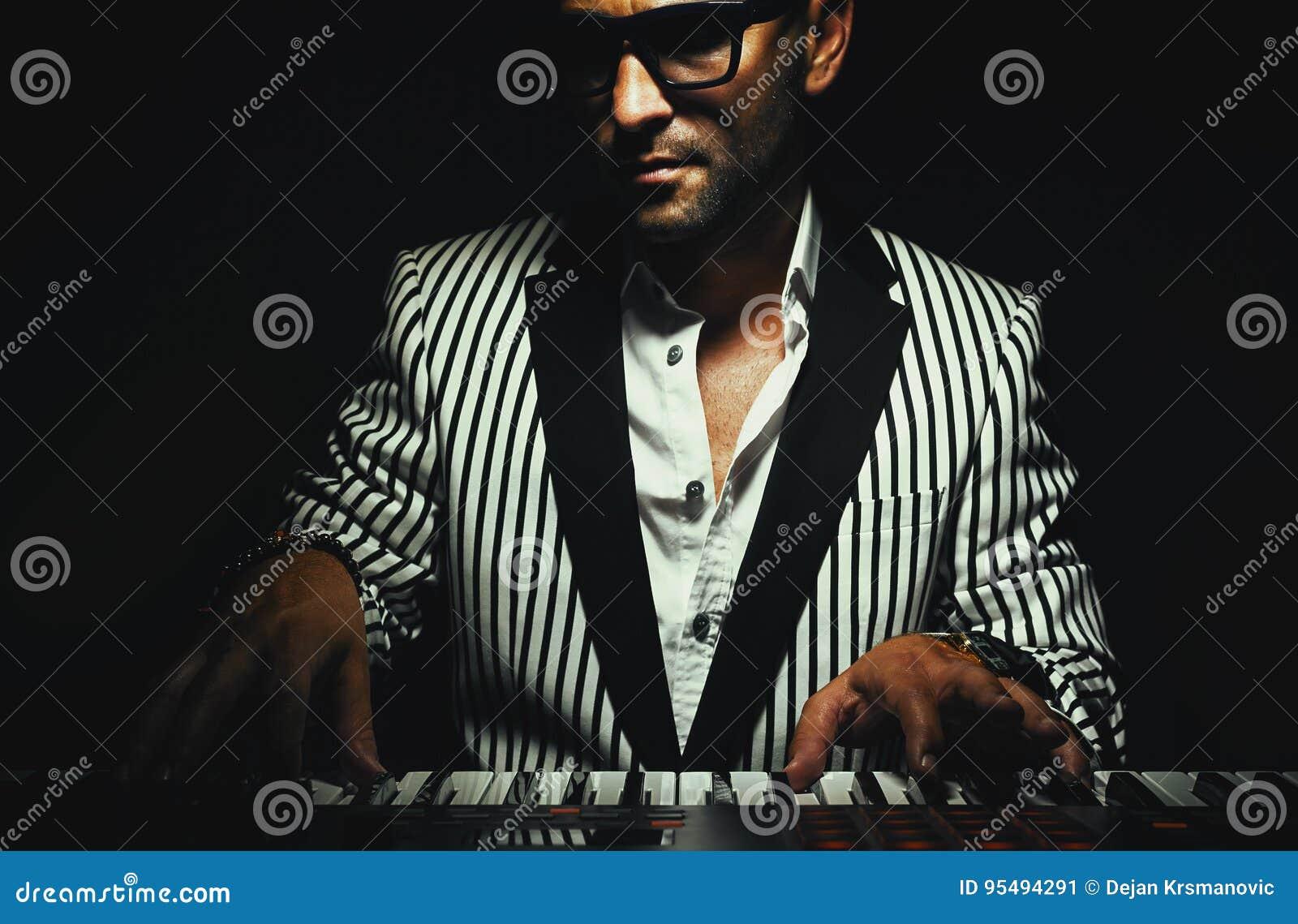 Tangentbordspelare på instrumentet