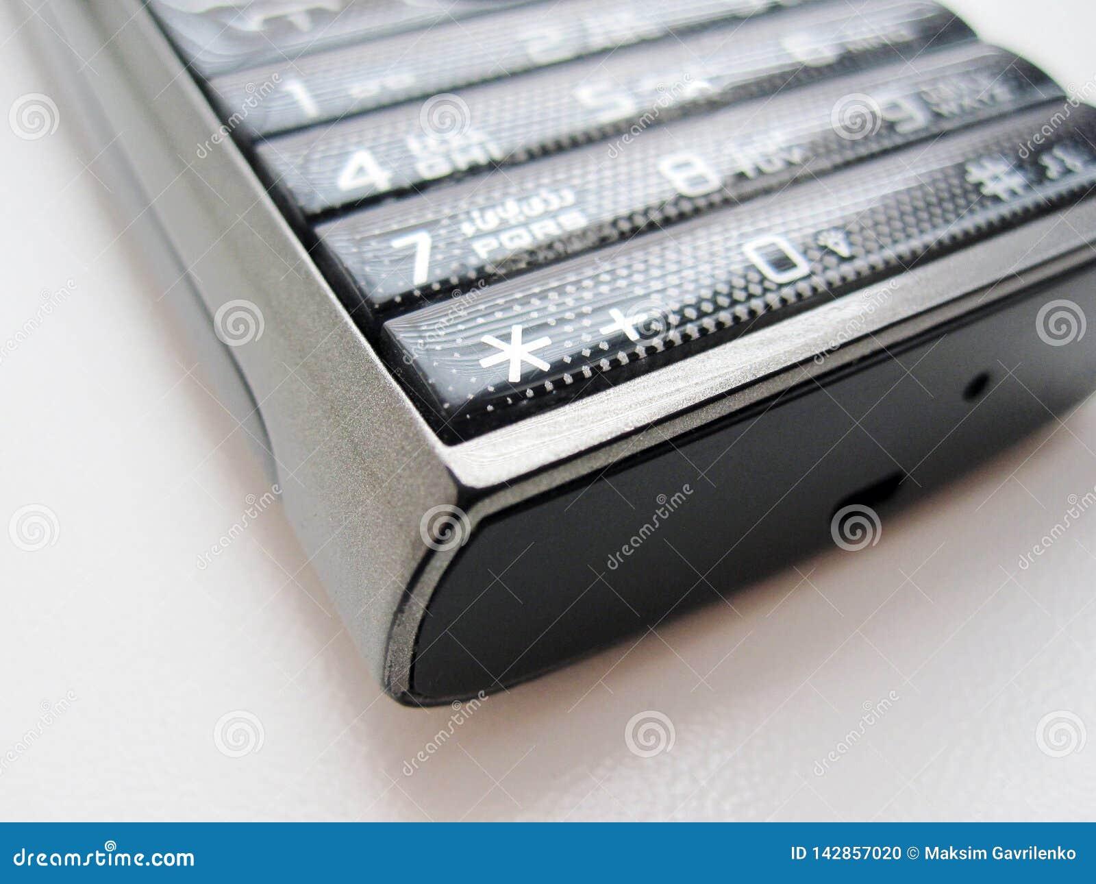 Tangentbordtelefon på en vit bakgrund