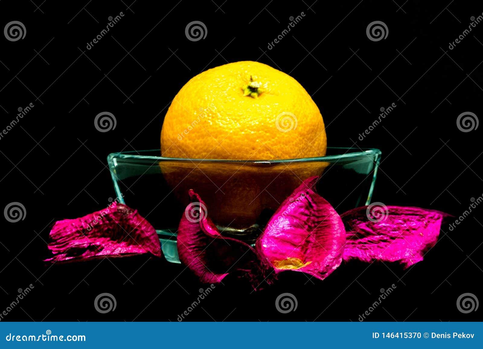 Tangerine στο μαύρο υπόβαθρο, απομονώνει