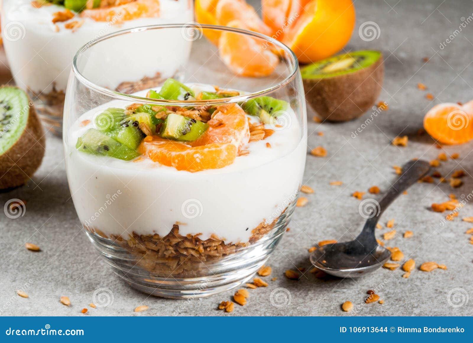 Tangerine i kiwi jogurtu granola deser