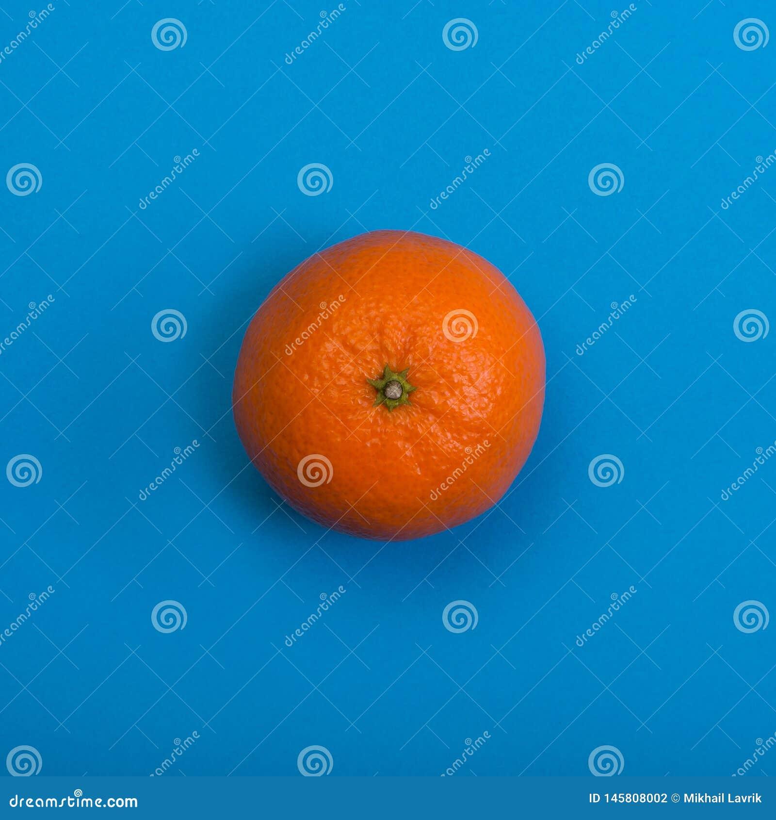 Tangerine na b??kitny tle Odg?rny widok