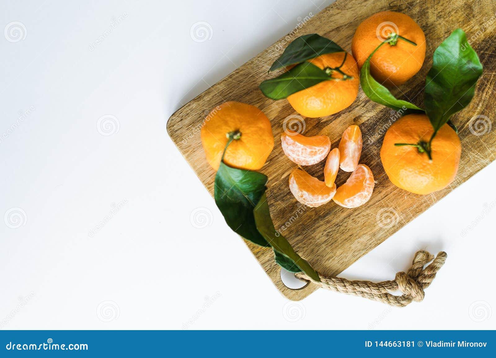 Tangerines z gałąź na białym tle