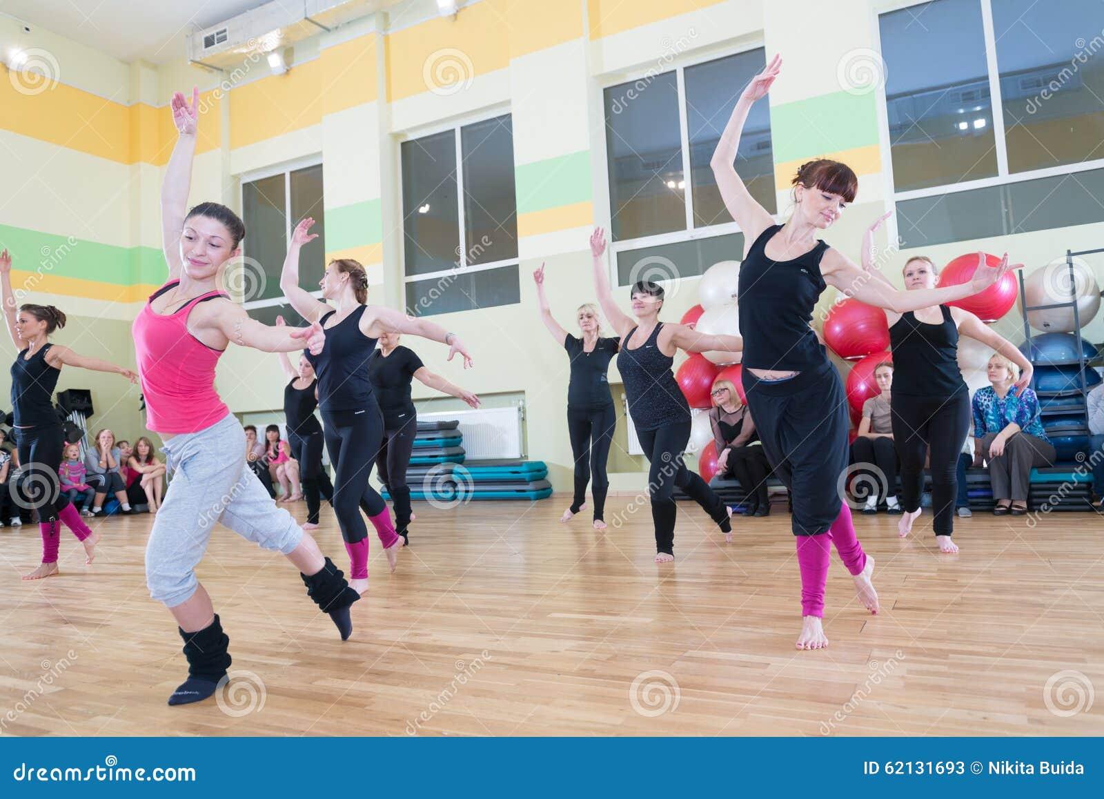 Taniec klasa dla kobiety plamy tła