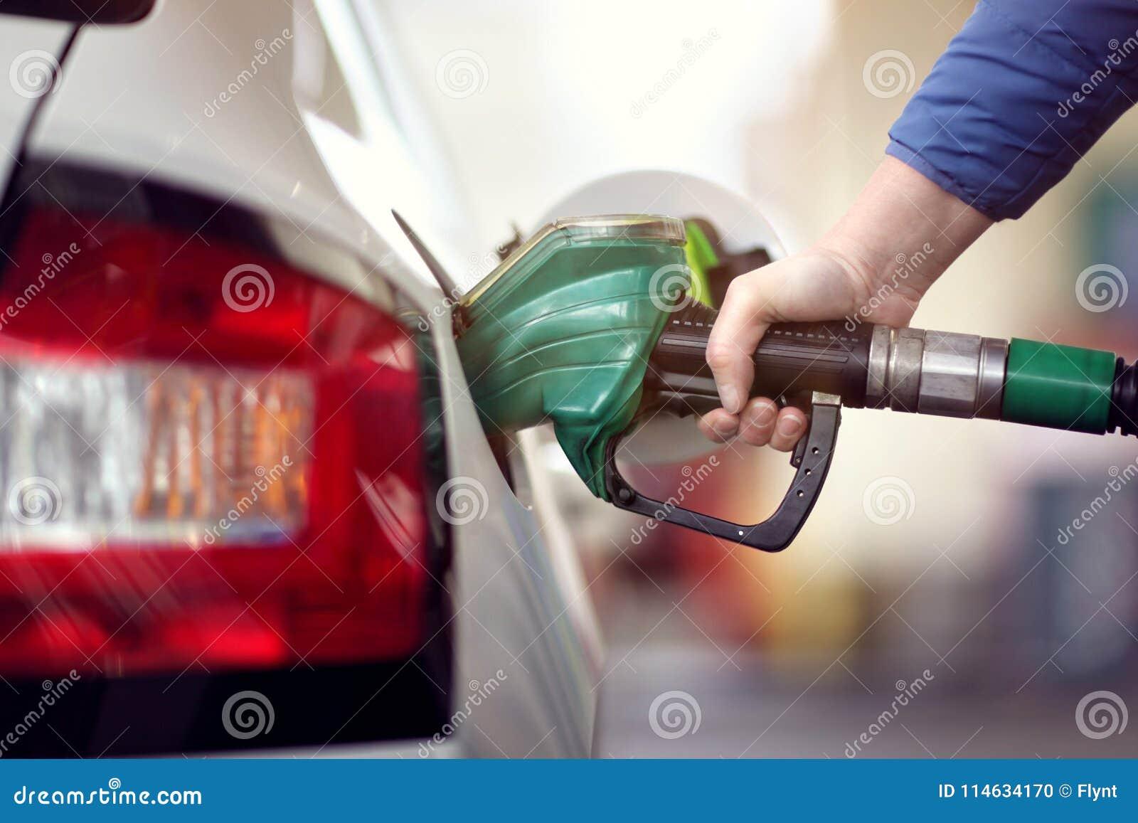 Tank de auto bij een pomp van de benzinestationbrandstof bij