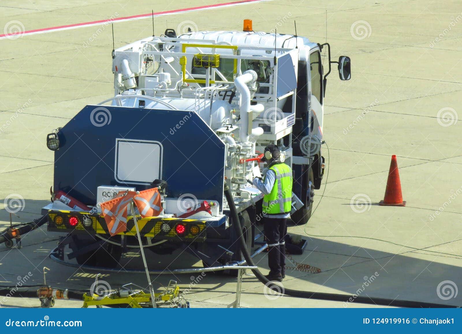 Tank vrachtwagen voor geparkeerd vliegtuig bij en wachtend tank het vliegtuig op grond in de luchthaven bij