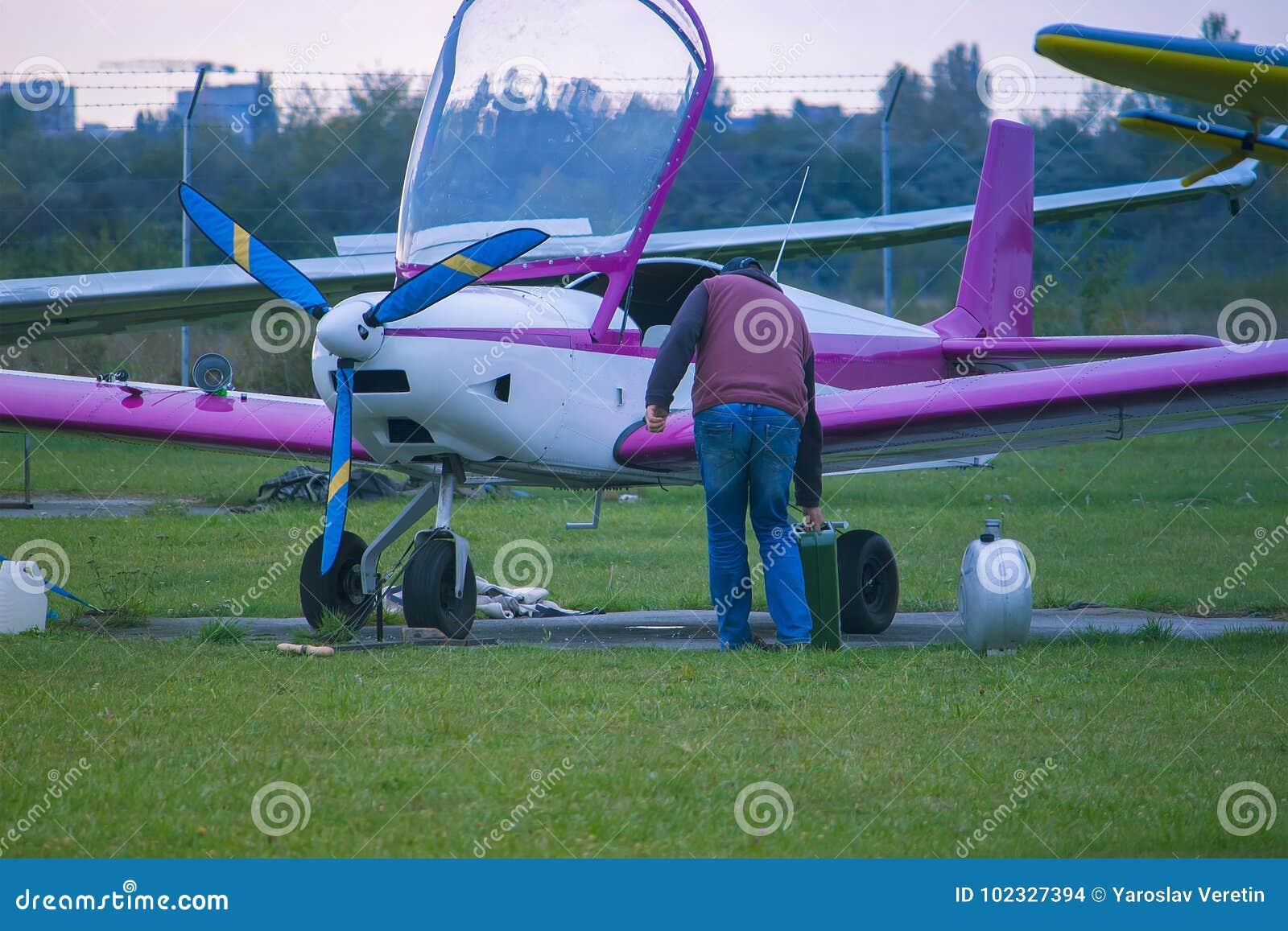 Tanka av flygplanet på flygplatsen