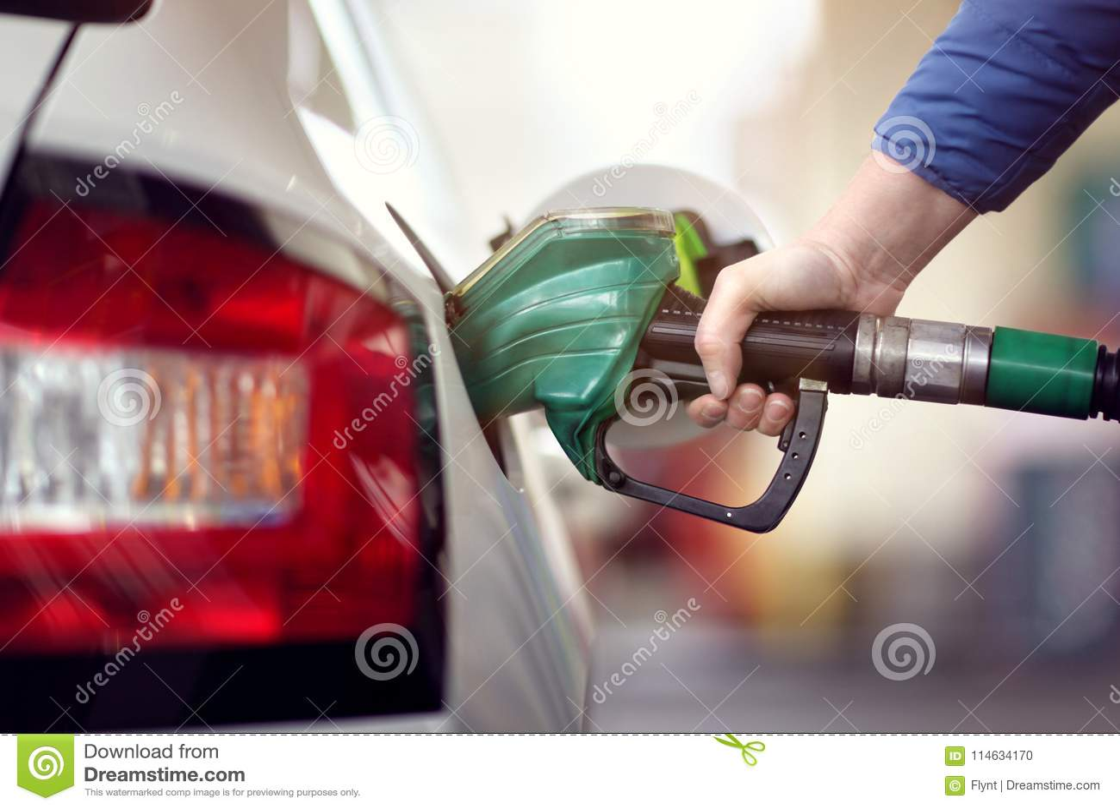 Tanka bilen på en bensinstationbränslepump