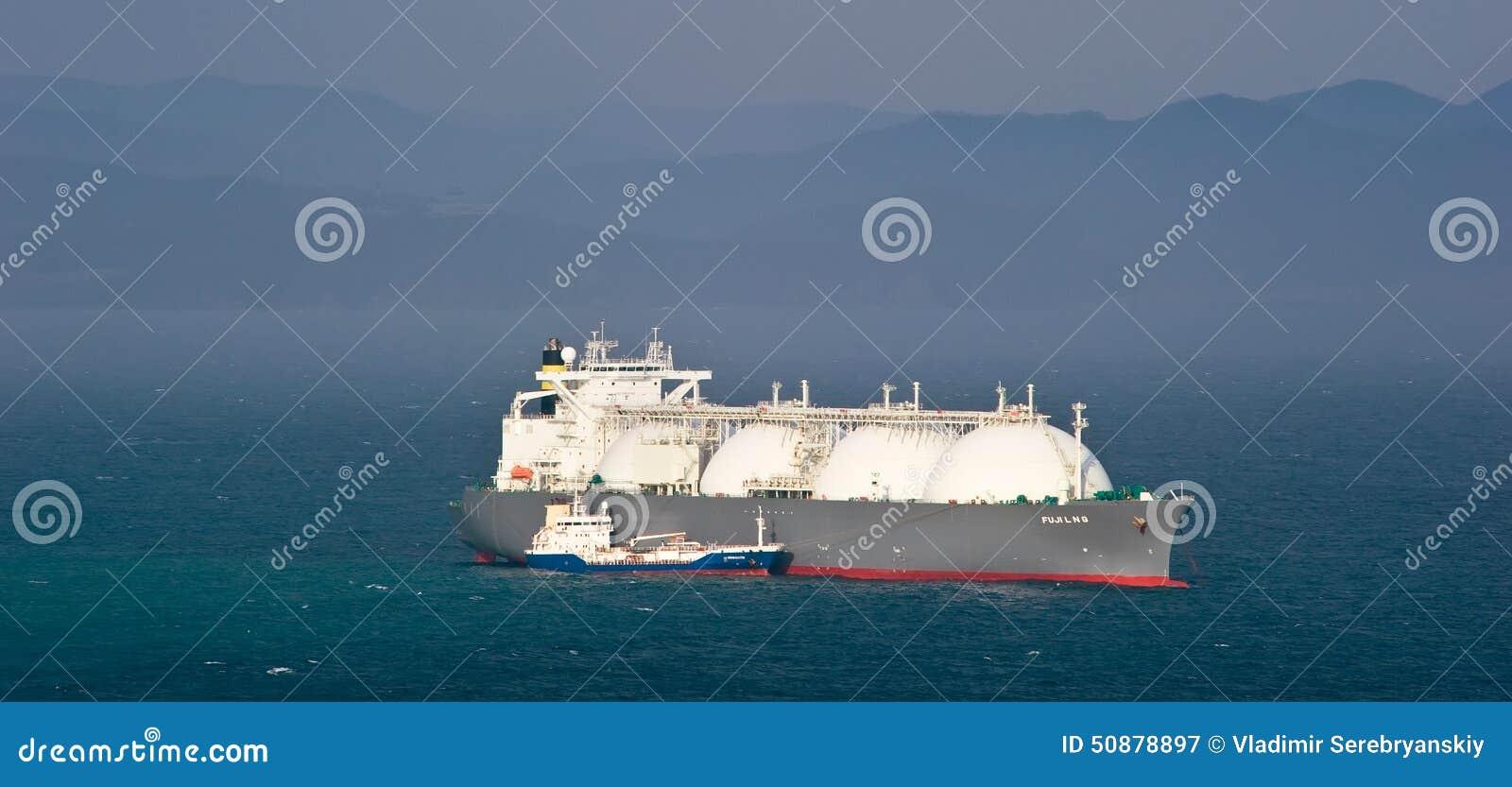 Tankfartyg Nicholay Shalavin på razzian som bunkrar förankrad tankfartygFuji LNG Nakhodka fjärd Östligt (Japan) hav 05 05 2014