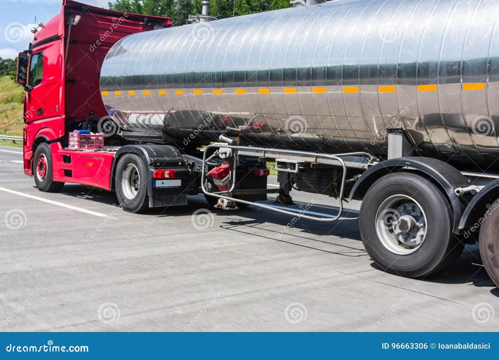 Tankfartyg som transporterar bränsle på vägen