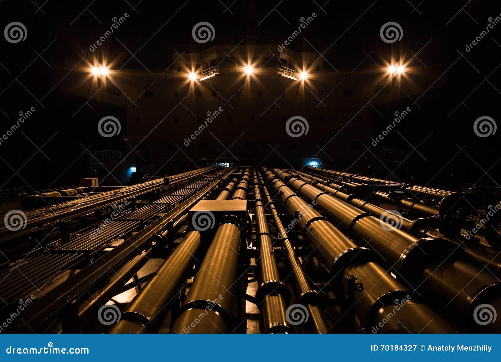 Tankfartygrörledning och överbyggnad på natten