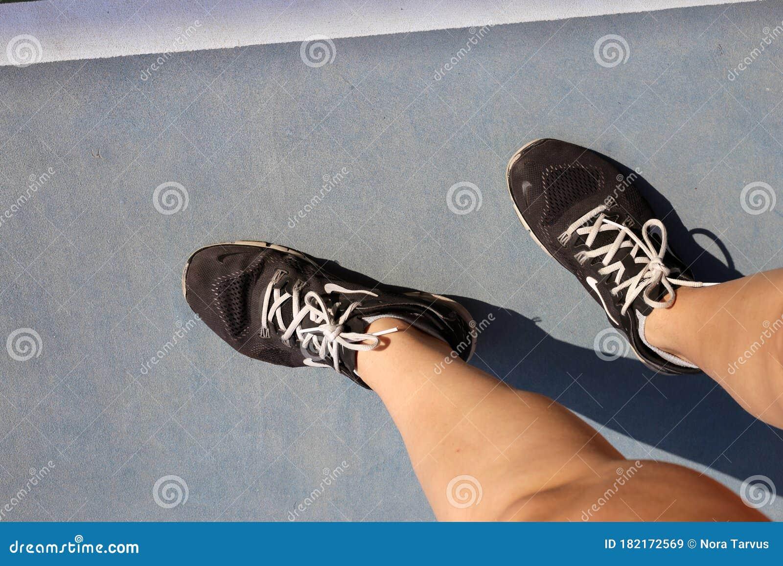 Capilares Reprimir Pesimista  Tennis Player`s Nike Shoes And Tennis Court In Dubai, UAE Editorial Stock  Image - Image of clothing, foot: 182172569