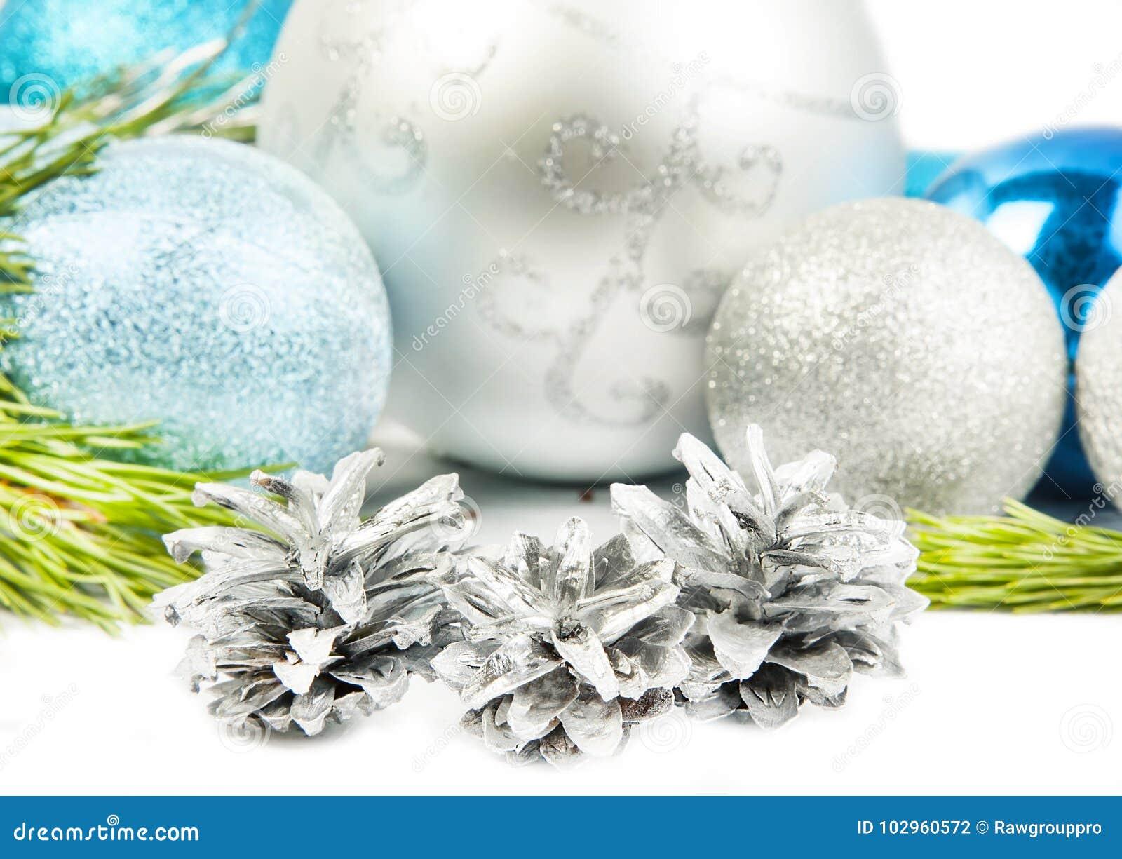Tannenbaumast des neuen Jahres und drei Kegel auf weißem Hintergrund